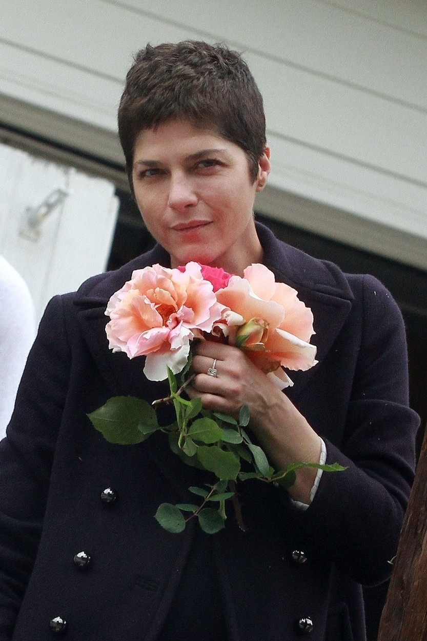 Los Angeles, CA  - *EXCLUSIVE*  - Selma Blair seen picking roses with her boyfriend Ron Carlson on Saturday afternoon.  Despite the trying times during this lockdown, Selma always seems to find the bright side of things as stopped to smell the roses with Ron.  BACKGRID USA 18 APRIL 2020, Image: 514257058, License: Rights-managed, Restrictions: , Model Release: no, Credit line: Phamous / BACKGRID / Backgrid USA / Profimedia