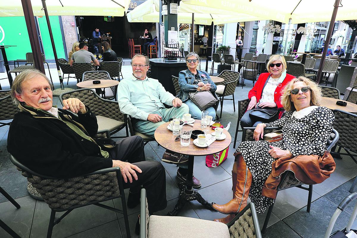 Zagreb, 270520. Bogoviceva ulica. Restorani i kafici nakon koronavirusa. Na fotografiji: ekipa na terasi. Foto: Zeljko Puhovski / CROPIX
