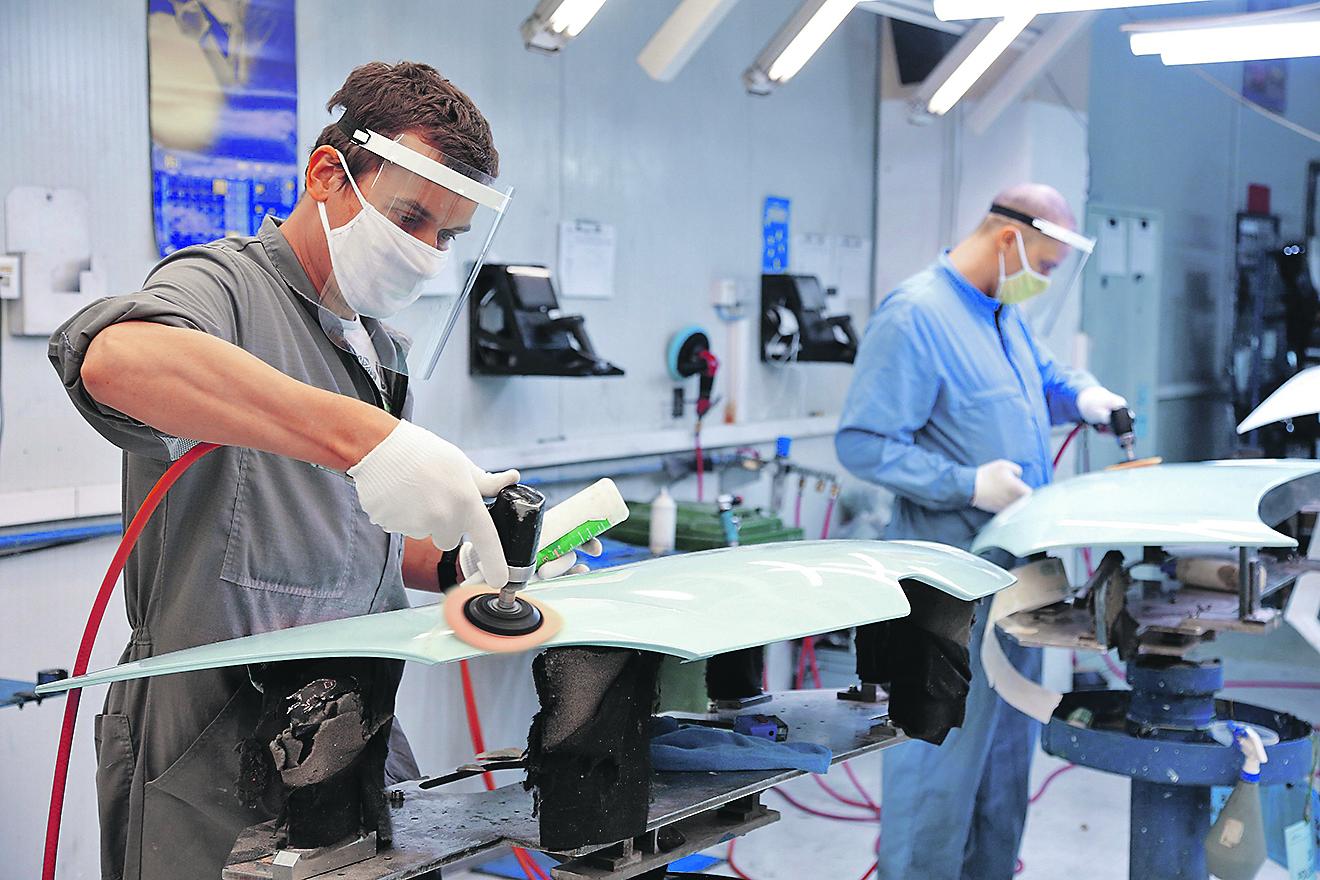 Zagreb, 040520.  Jankomirska 5. U tvornici AD Plastik svi radnici rade zasticeni zastitnim maskama i rukavicama, a u ulazu u firmu nalaze se dezinficijensi i tepisi za dezinfekciju obuce. Foto: Davor Pongracic / CROPIX