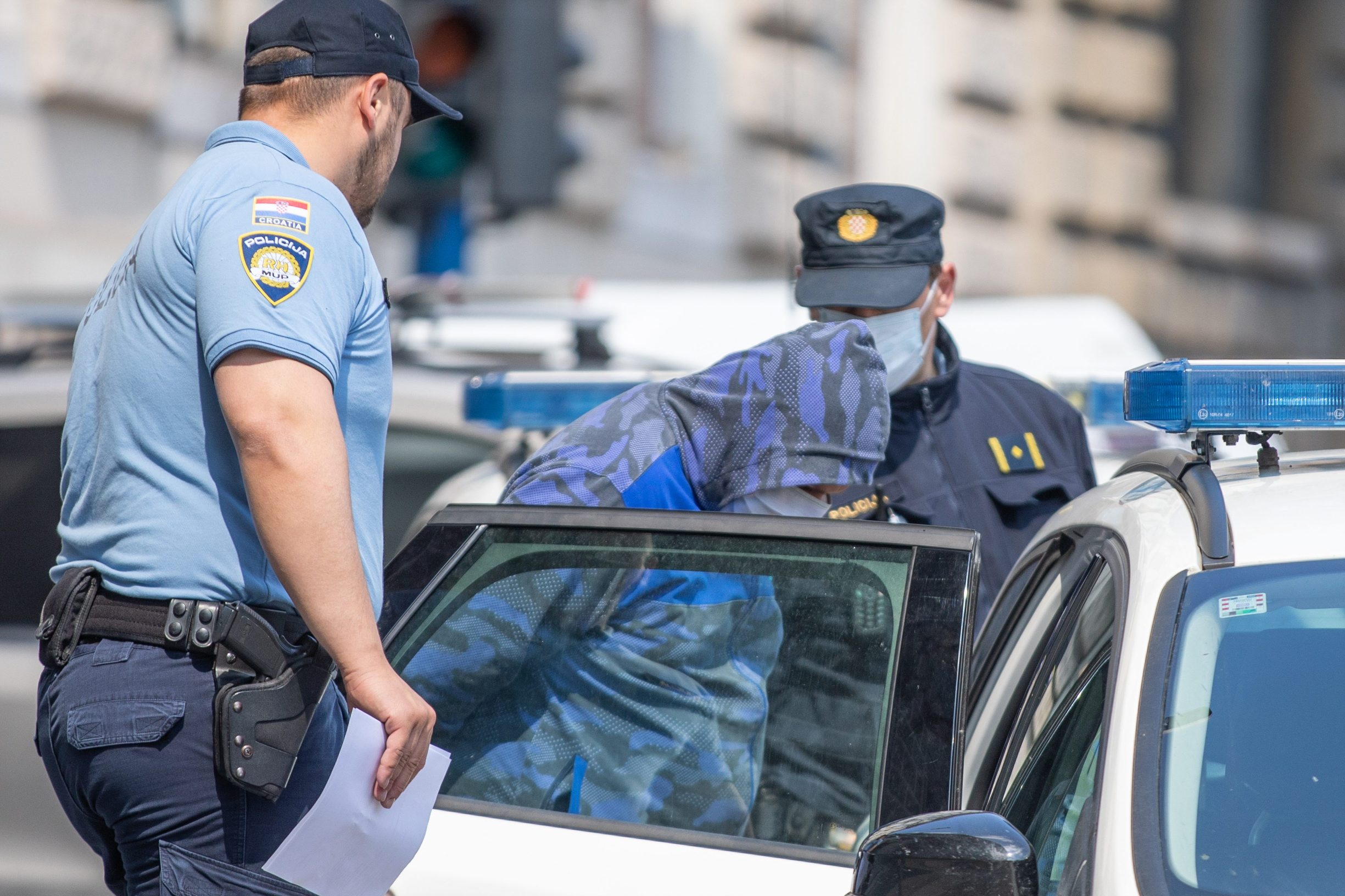 Rijeka, 290520. Interventna policija dovodi osumnjicenike u slucaju bankomati na ispitivanje u drzavno odvjetnisto. Na fotografiji: osumnjicenici u pratnji policije. Foto: Matija Djanjesic / CROPIX