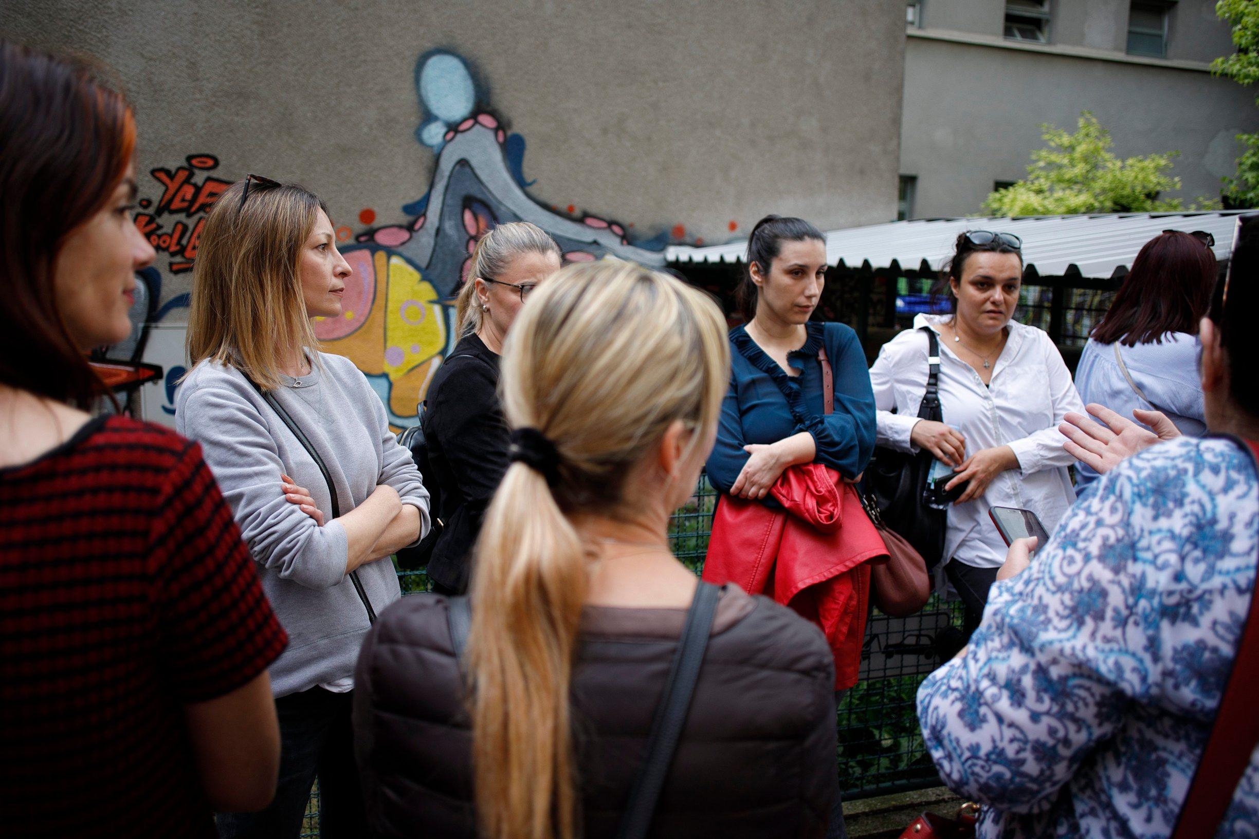 Zagreb, 280520. Prosvjed roditelja ucenika OS Petar Zrinski u Krajiskoj ulici, cija su djeca zbog potresa premjestena u skolu u Sopotu. Na fotografiji: roditelji ispred skole. Foto: Dragan Matic / CROPIX