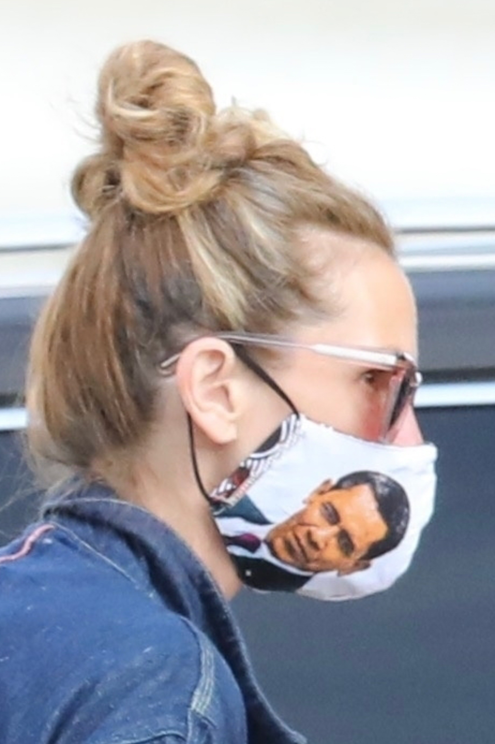 *EXCLUSIVE* Malibu, CA  - Actress Julia Roberts wears a personalized 'Barack Obama' face mask while shopping at the Malibu Country Mart.  *UK Clients - Pictures Containing Children Please Pixelate Face Prior To Publication*, Image: 523368058, License: Rights-managed, Restrictions: , Model Release: no, Credit line: BACKGRID / Backgrid USA / Profimedia