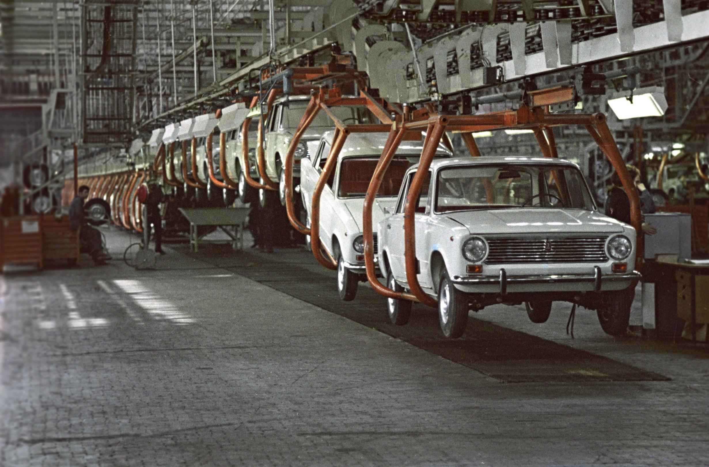 5609234 13.09.1974 Assembly line at the AvtoVAZ Volga Car Production Association., Image: 382956675, License: Rights-managed, Restrictions: , Model Release: no, Credit line: Edward Ettinger / Sputnik / Profimedia
