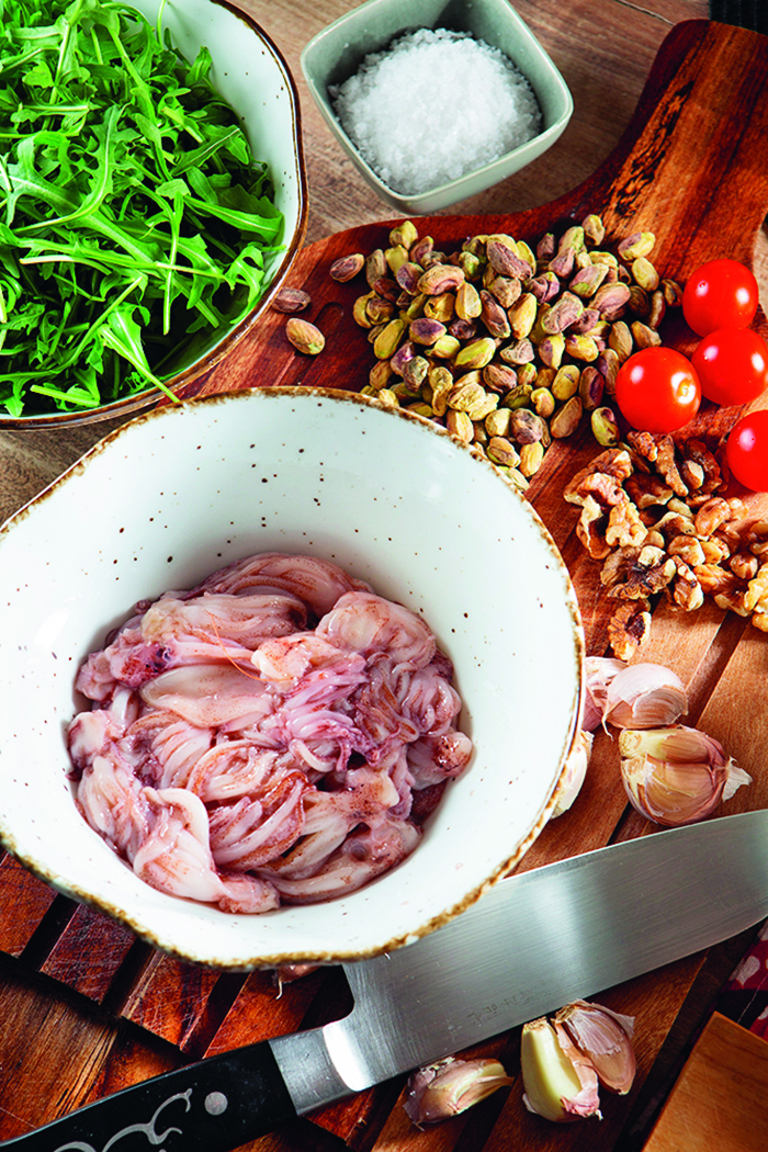 Split 01042020                                                   Chefovi Ivan Pazanin i Hrvoje Zirojevic kuhaju u klucnom okruzenju u vrijeme pandemije                                    Foto : Sasa Buric  / Cropix