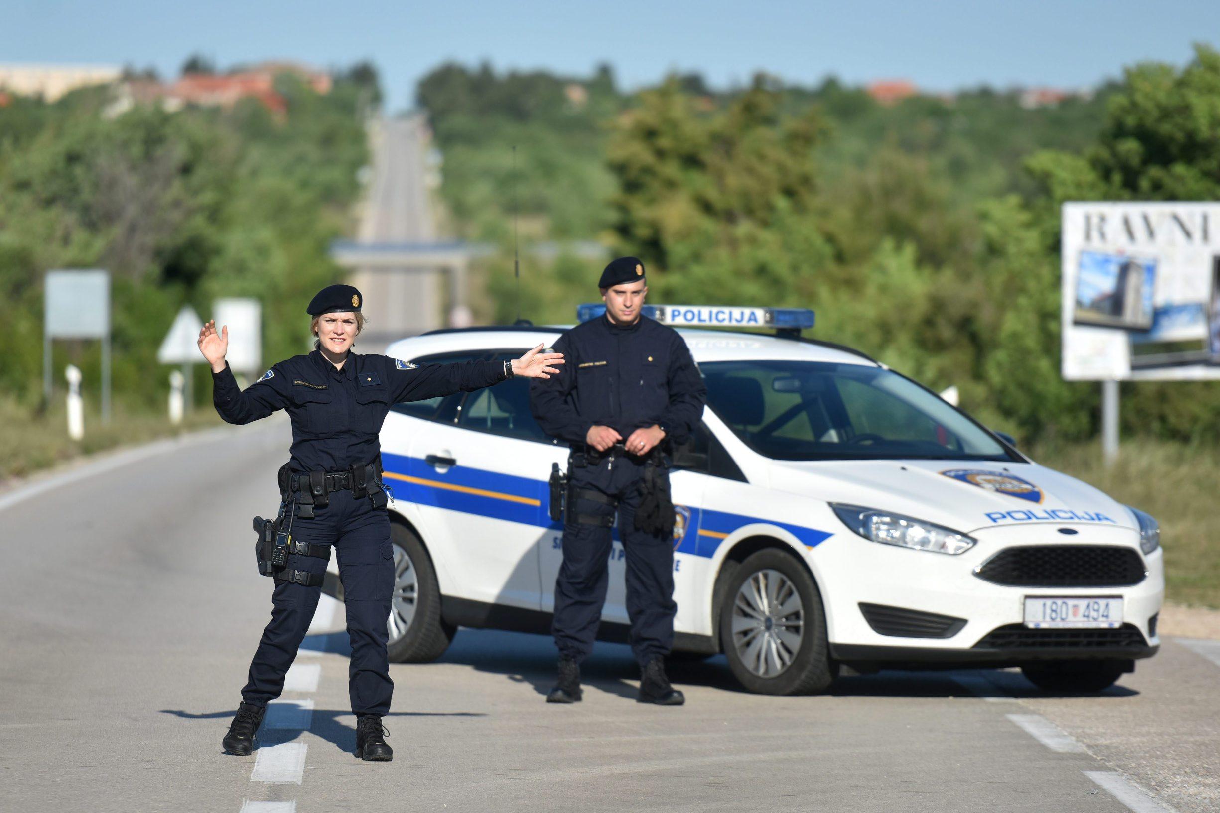 Biljane donje, Zadar, 070520. U padu vojnog skolskog aviona model Zlin kod mjesta Biljane donje stradalo je dvoje ljudi. Na fotografiji: policija je zatvorila prometnicu na ulazu u mjesto. Foto: Luka Gerlanc / CROPIX