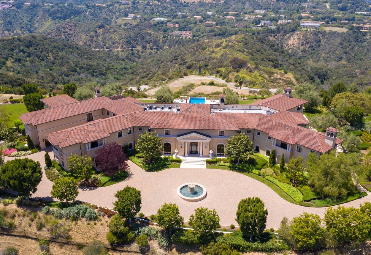 Beverly Hills, CA  - Aerial views of Meghan Markle and Prince Harry living in Tyler Perry's  Million Beverly Hills Mansion.  BACKGRID USA 7 MAY 2020, Image: 517850321, License: Rights-managed, Restrictions: , Model Release: no, Credit line: Clint Brewer Photography / BACKGRID / Backgrid USA / Profimedia