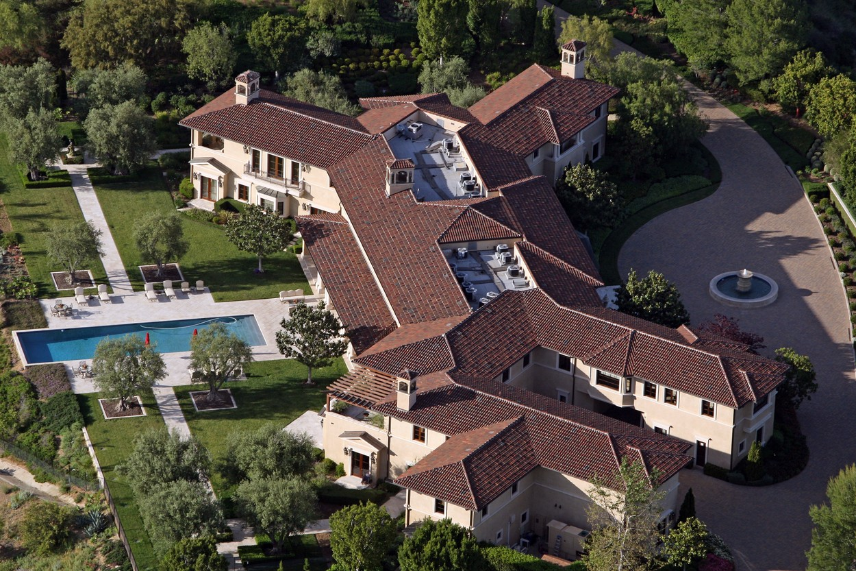 Prince Harry and Meghan Markle have reportedly been staying in an ultra-luxury Beverly Hills mansion that belongs to Tyler Perry, Perry's eight-bedroom, 12-bathroom Tuscan-style villa sits on the top of a hill in the exclusive Beverly Ridge Estates gated community.  Dozen's of A list celebrities live just walking distance from the 22-acre property include Adele, Ashton Kutcher, Mila Kunis, Nicole Richie, Cameron Diaz, Nicole Kidman, Jennifer Lawence and Katy Perry. 07 May 2020, Image: 517896082, License: Rights-managed, Restrictions: World Rights, Model Release: no, Credit line: MEGA / The Mega Agency / Profimedia