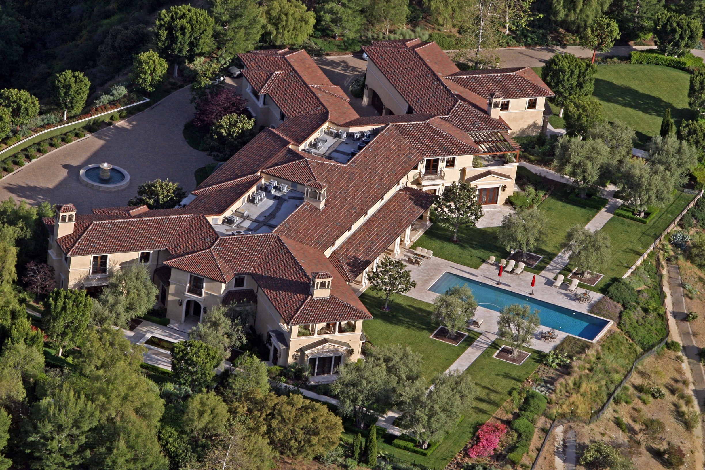 Prince Harry and Meghan Markle have reportedly been staying in an ultra-luxury Beverly Hills mansion that belongs to Tyler Perry, Perry's eight-bedroom, 12-bathroom Tuscan-style villa sits on the top of a hill in the exclusive Beverly Ridge Estates gated community.  Dozen's of A list celebrities live just walking distance from the 22-acre property include Adele, Ashton Kutcher, Mila Kunis, Nicole Richie, Cameron Diaz, Nicole Kidman, Jennifer Lawence and Katy Perry. 07 May 2020, Image: 517896138, License: Rights-managed, Restrictions: World Rights, Model Release: no, Credit line: MEGA / The Mega Agency / Profimedia