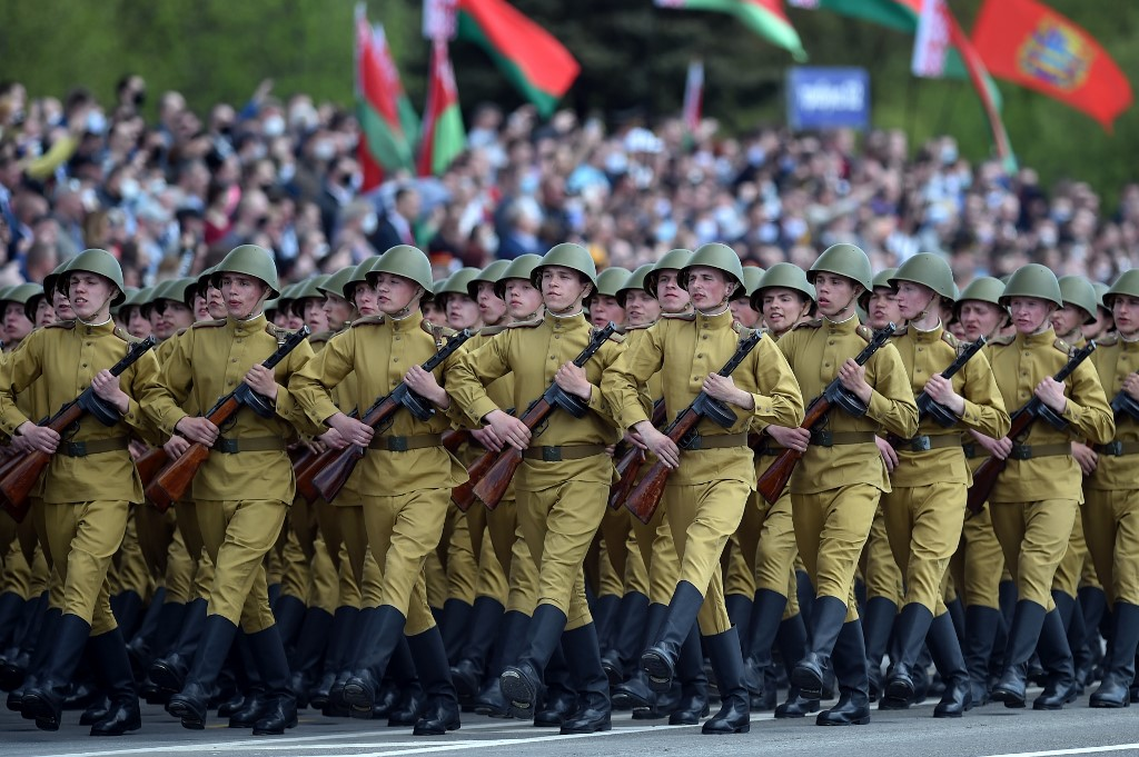 Belarus' servicemen wearing historical uniforms take part in a military parade to mark the 75th anniversary of the Soviet Union's victory over Nazi Germany in World War Two, in Minsk on May 9, 2020. (Photo by Sergei GAPON / AFP)
