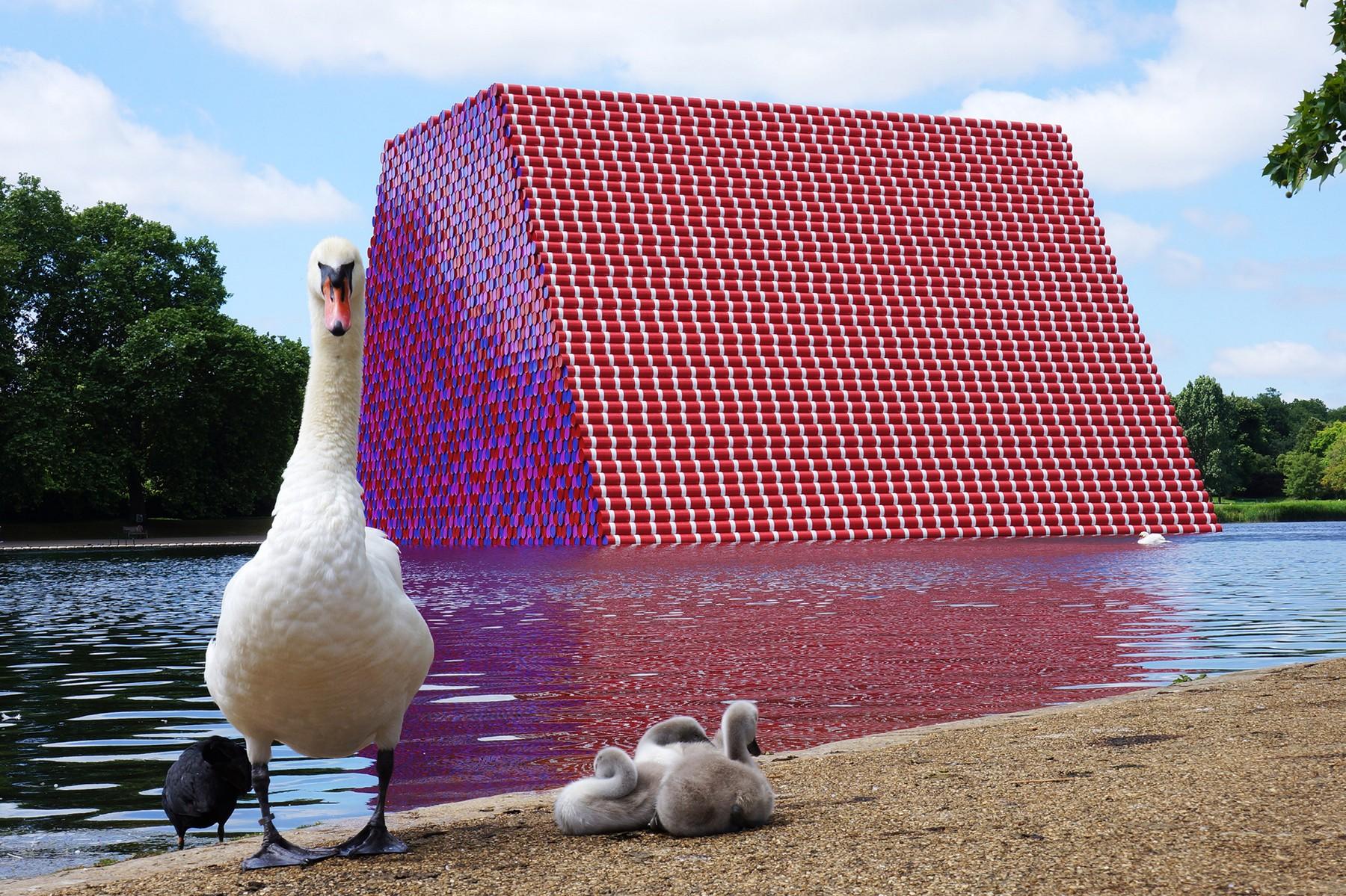 80622132. Londres, 22 Jun 2018 (Notimex-Marcela Gutiérrez).- El artista búlgaro Christo Vladimirov Javacheff, máximo exponente del Land Art, instaló en el Lago Serpentine, en el Hyde Park, una escultura monumental construida con 7 mil 506 barriles pintados de rojo, azul y rosa. NOTIMEX/FOTO/MARCELA GUTIÉRREZ/COR/ACE/,Image: 375742012, License: Rights-managed, Restrictions: , Model Release: no