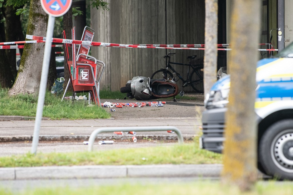 10 June 2020, Bavaria, Munich: Several cans and an overturned scooter lie on the spot where a vehicle drove into a group of people in the afternoon. Three people were injured, whether by the collision with the car or by the following beating was unclear at first. Photo: Matthias Balk/dpa