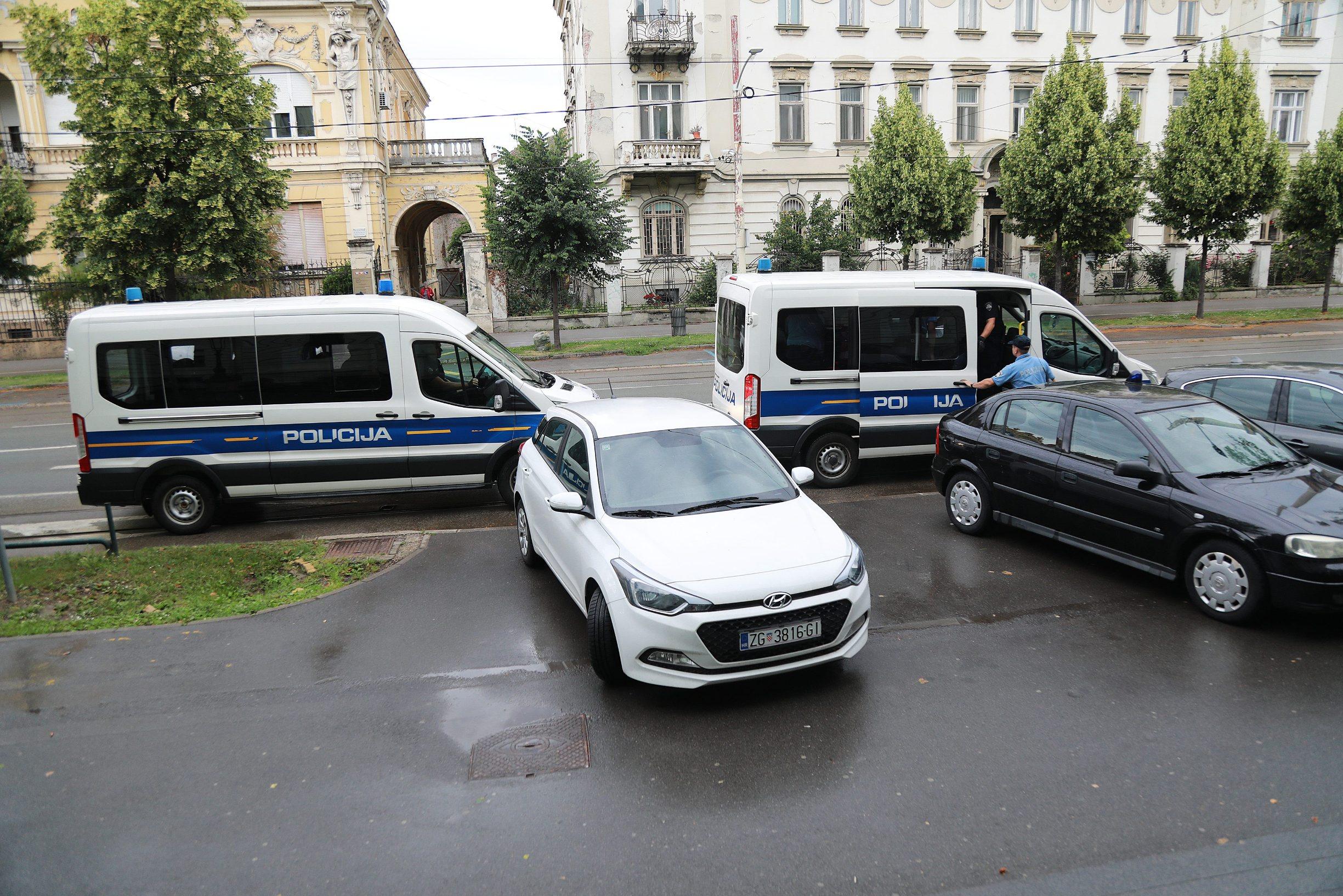 Osijek, 100620.  U velikoj akciji osjeckog MUP-a  privedeno je 9 osoba za preprodaju droge na podruciju grada. Na fotografiji: privodjenje osumnjicenih sucu istrage na Zuanijski sud. Foto: Ivan Peric / CROPIX