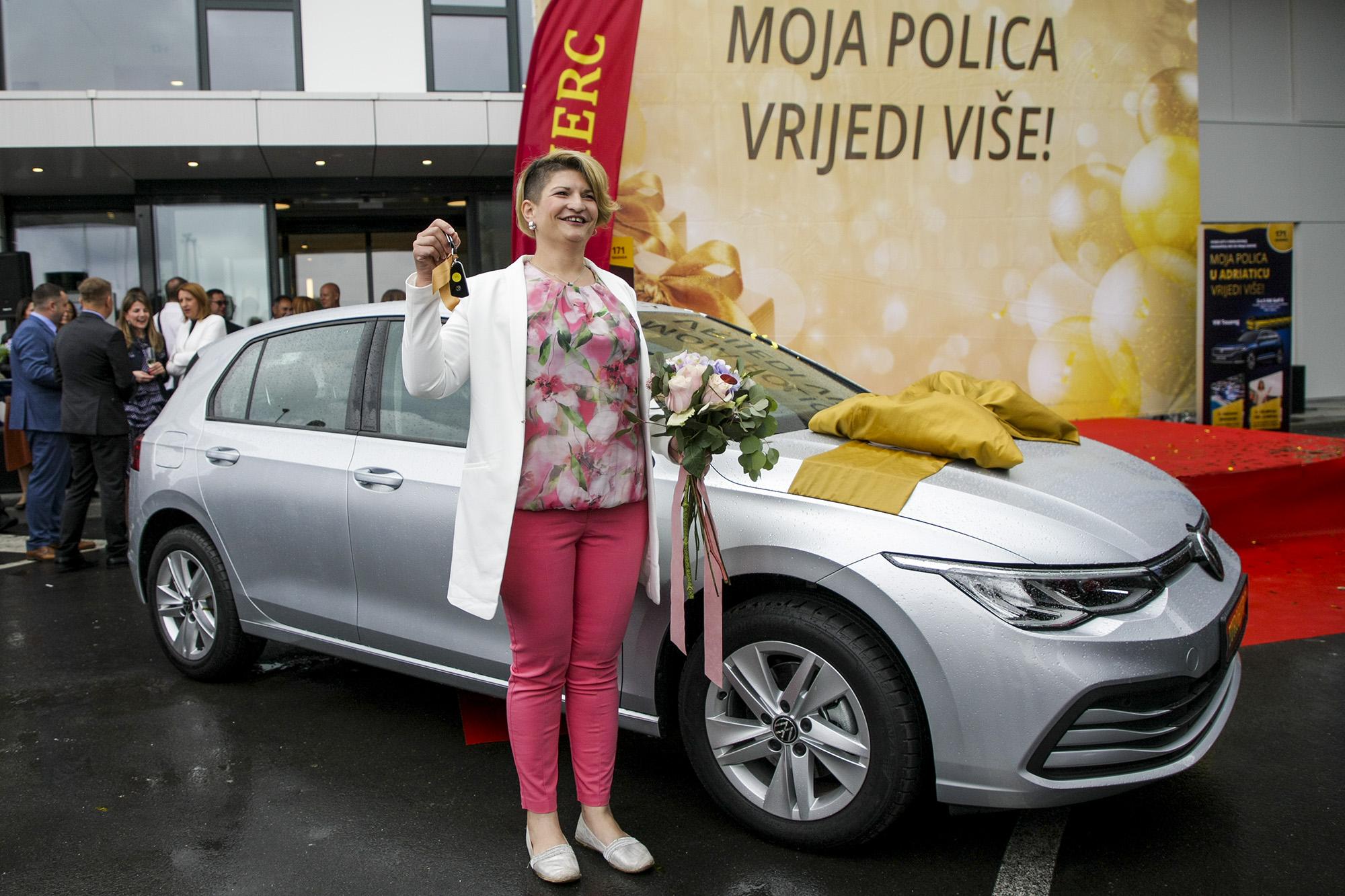 Zagreb, 09.06.2020 - Euroherc i Adriatic dodijelili novèane nagrade i atraktivne Golfove 8 u prvom kolu nagradnih igara Moja polica u Eurohercu/Adriaticu vrijedi vie Na zadnjoj dodjeli prvog kola u Zagrebu, dvadeset sretnih dobitnika preuzelo je po 5.000 kuna na potroaèkoj kartici Agram banke, dok su dva najsretnija osiguranika sjela za upravljaèe najnovijih VW Golfova - eljno oèekivanih osmica, koje su dobili s ukljuèenim osiguranjem od automobilske odgovornosti i kasko osiguranjem. Na slici: Marija ariæ,osiguranica Euroherca, iz Hrvatske Kostajnice dobitnica Golfa 8.