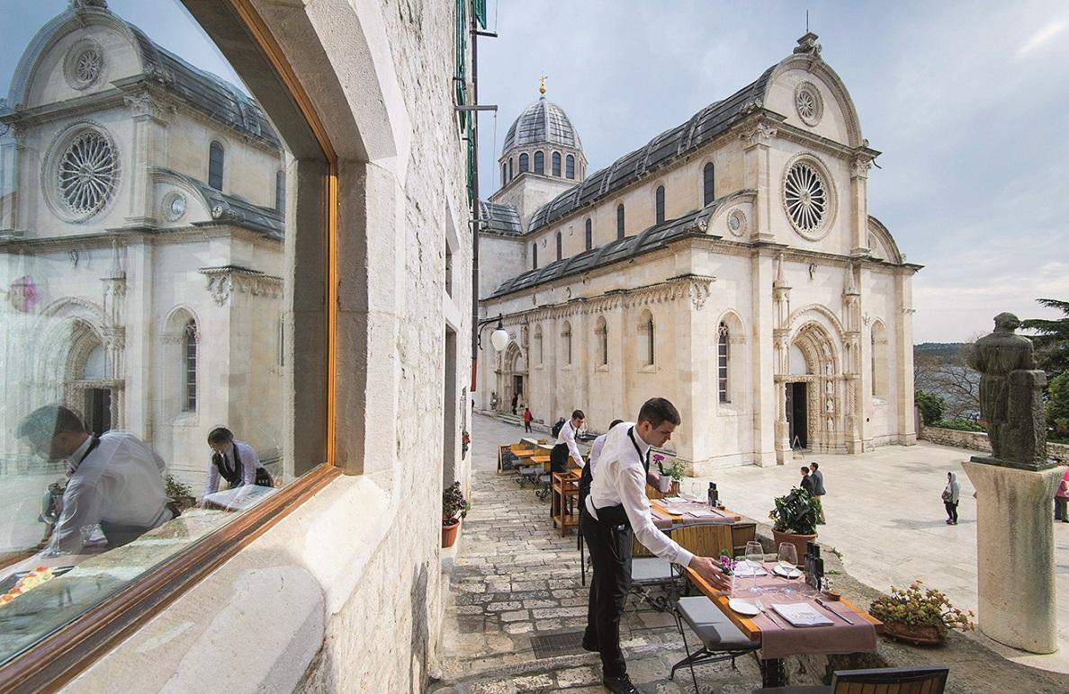 Sibenik, 170415. Konoba Pelegrini.  Na fotografiji: konoba Pelegrini nalazi se uz sibensku katedralu sv. Jakova. Foto: Tom Dubravec / CROPIX