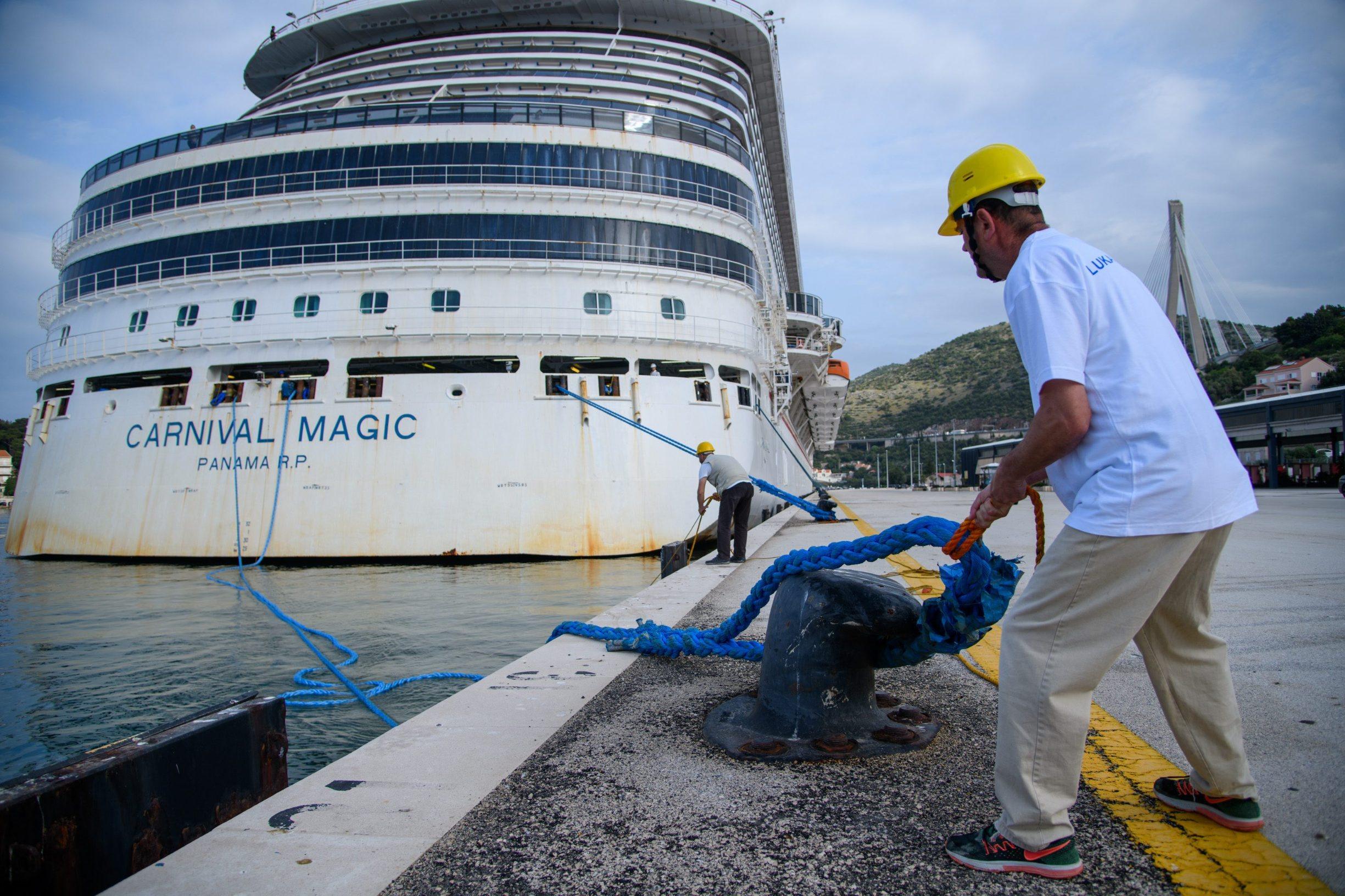 Dubrovnik, 200520. Pomorci nakon mjeseci provedenih u izolaciji na brodovima uplovili kruzerom Carnival Magic u grusku luku. Foto: Tonci Plazibat / CROPIX