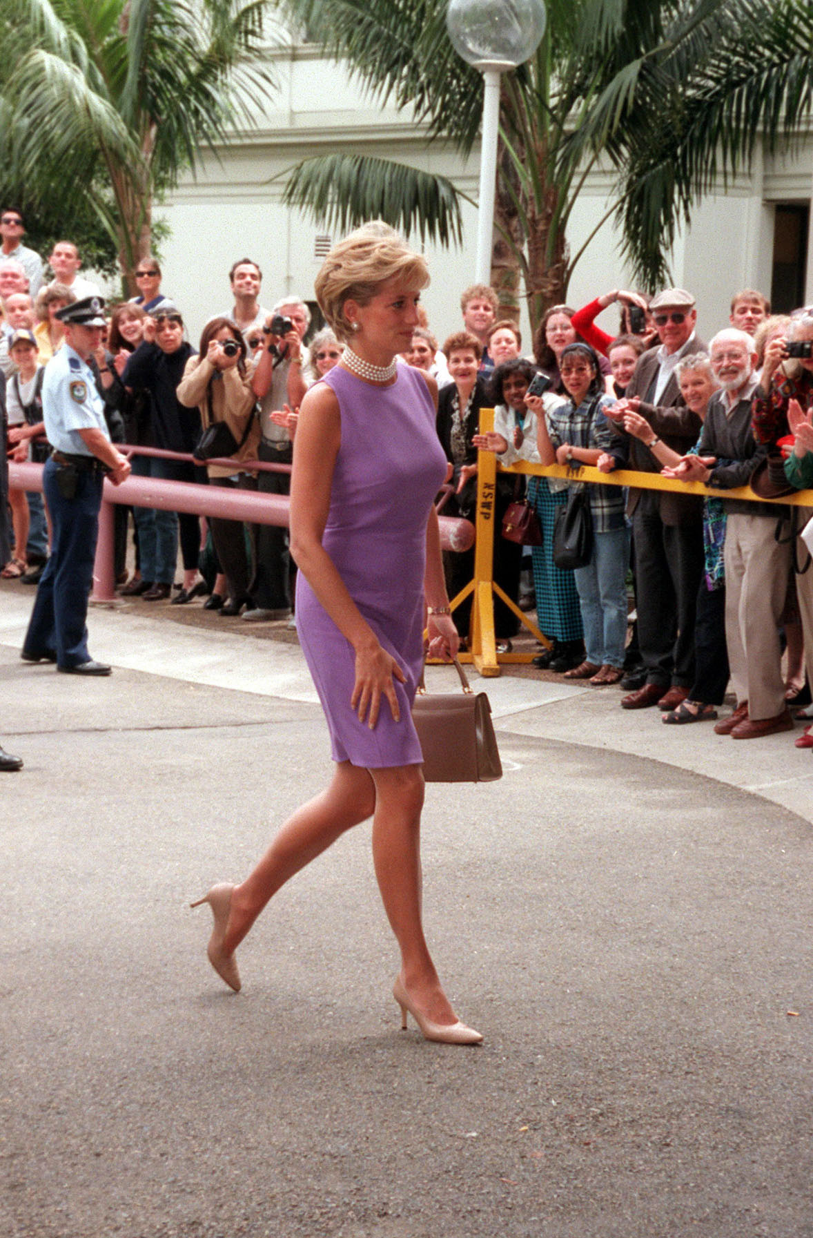 NOV1996 1996 - PRINCESS DIANA AT THE VICTOR CHANG CARDIAC RESEARCH INSTITUTE , SYDNEY,  AUSTRALIA. (Photo by Patrick Riviere/Getty Images)