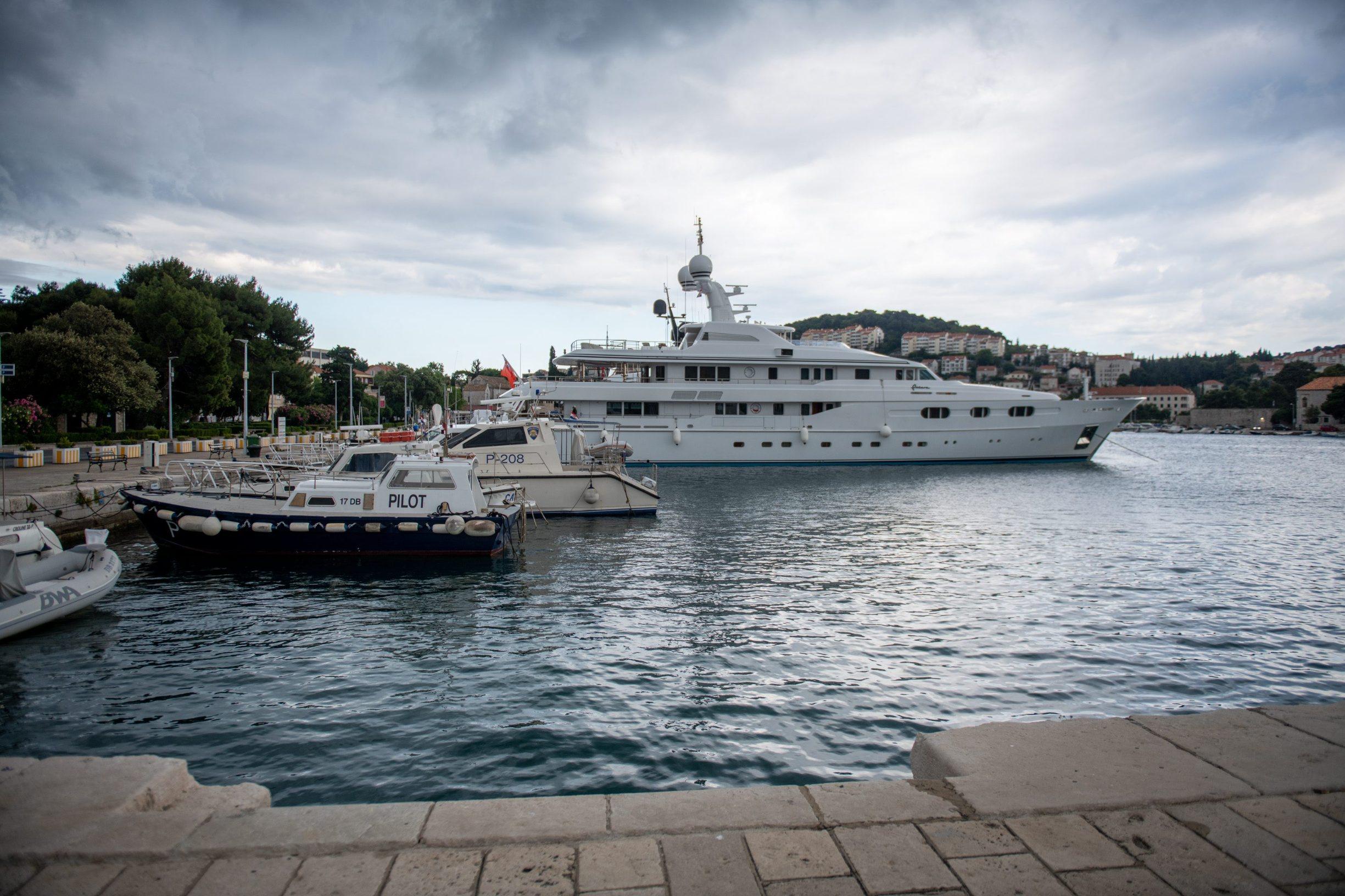 Dubrovnik, 31.05.2020. Jahta Petara u vlasnistvu Bernie Ecclestonea stigla je u Dubrovnik i usidrila se u grusku luku. Foto: Tonci Plazibat / CROPIX