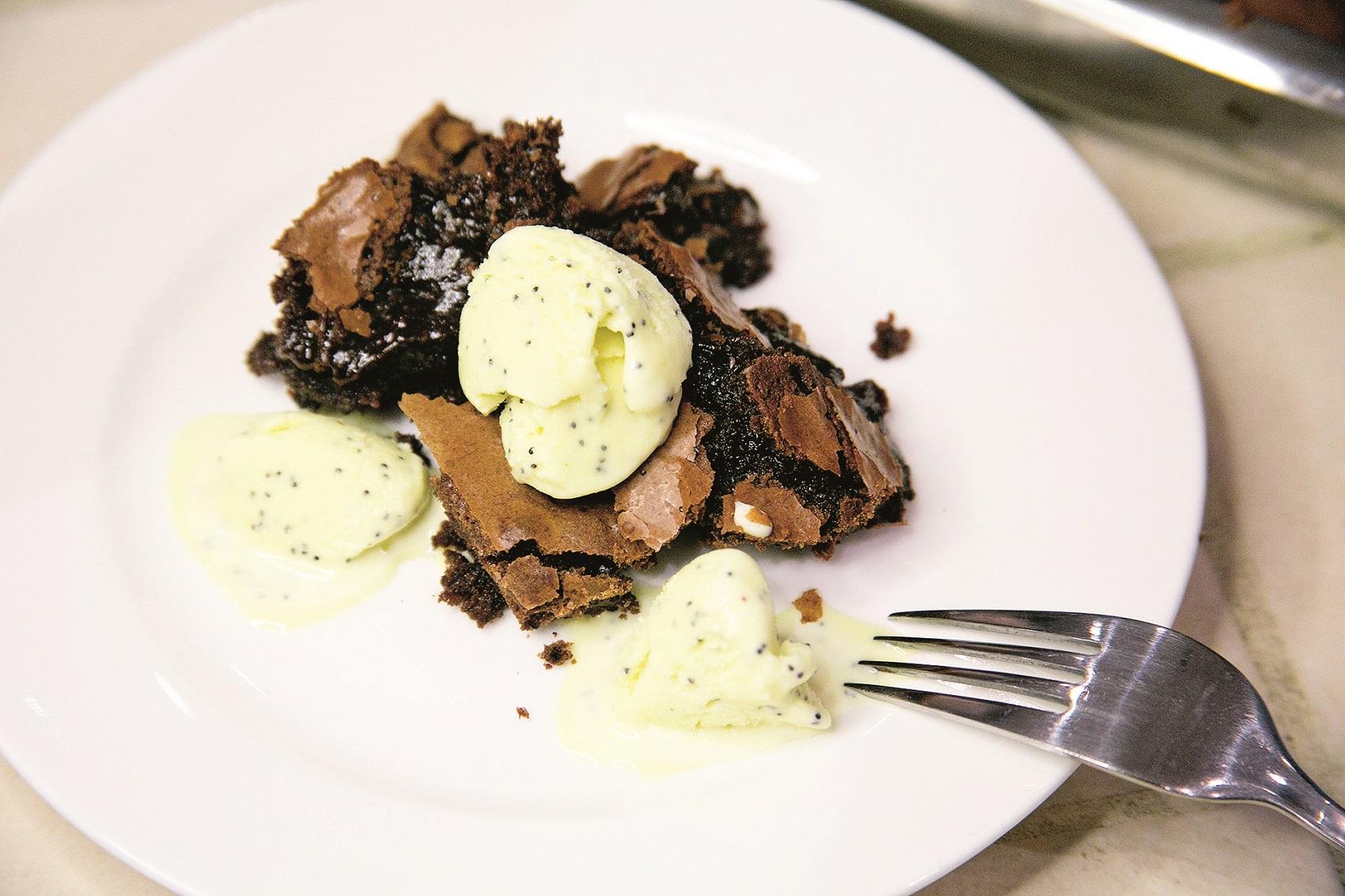 KUH Buga Simic, zagreb, 090620 pekla biskvit s visnjama i brownie kolac foto ines stipetic
