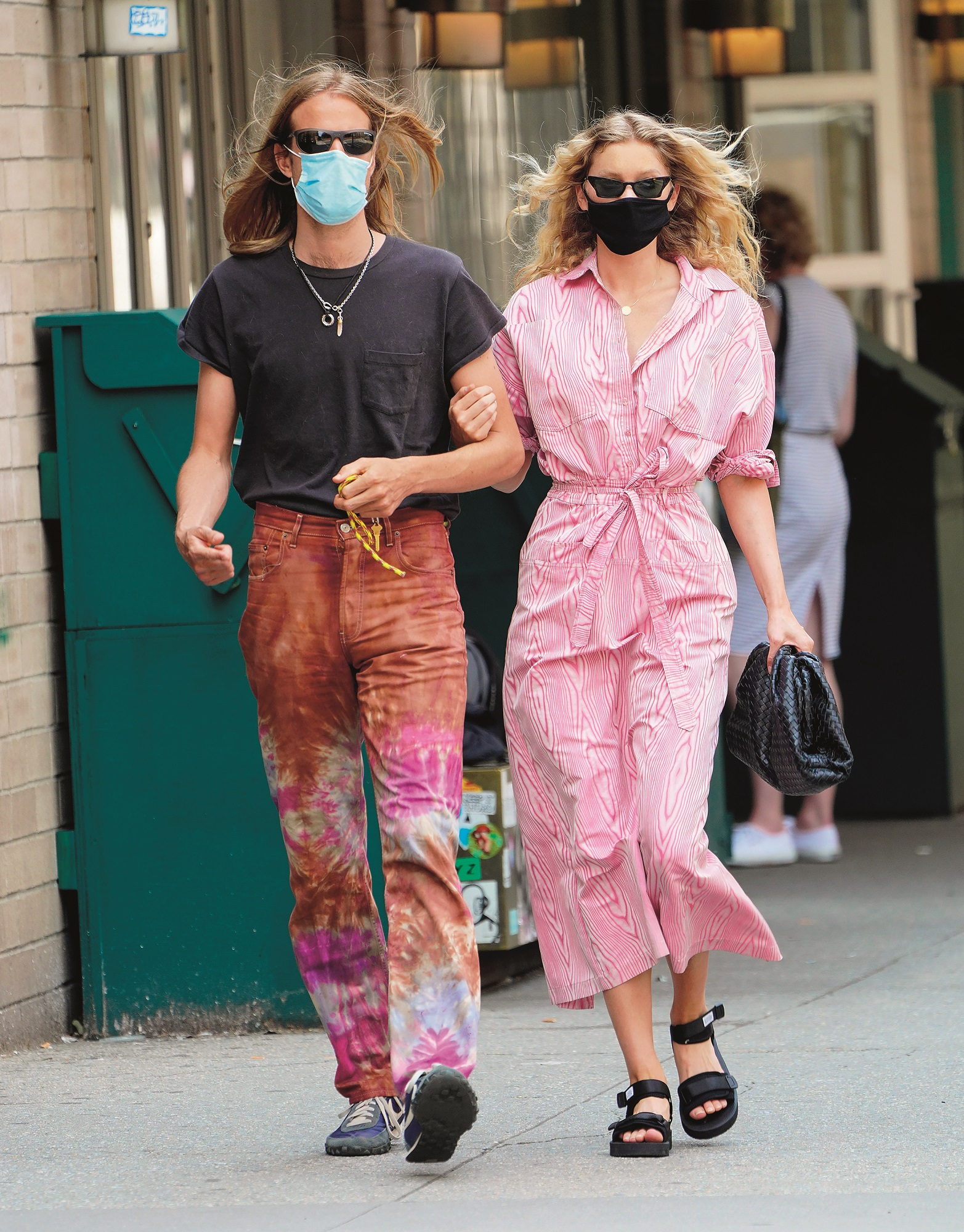 EXCLUSIVE: Elsa Hosk is pretty in pink when out and about with husband Tom Daly in sunny New York  Pictured: Elsa Hosk,Tom Daly,Image: 530070026, License: Rights-managed, Restrictions: -PRT, Model Release: no, Credit line: Jackson Lee / SplashNews.com / Splash / Profimedia