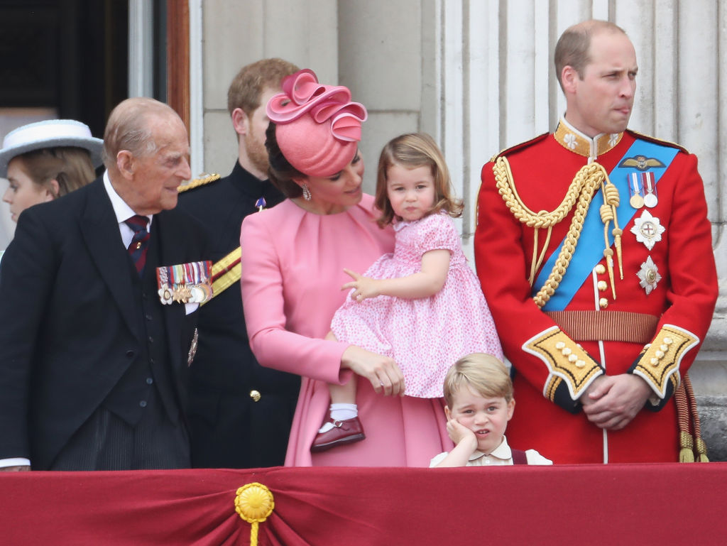 LONDON, ENGLAND - JUNE 17:  Prince Philip, Duke of Edinburgh, Catherine, Duchess of Cambridge, Princess Charlotte of Cambridge, Prince George of Cambridge and Prince William, Duke of Cambridge look out from the balcony of Buckingham Palace during the Trooping the Colour parade on June 17, 2017 in London, England.  (Photo by Chris Jackson/Getty Images)