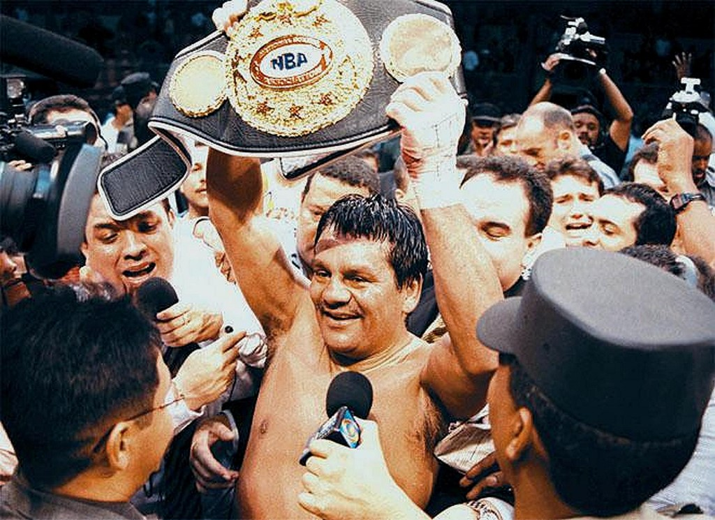 (FILES) In this file photo taken on June 16, 2000, four-time super middle-weight world champion Roberto