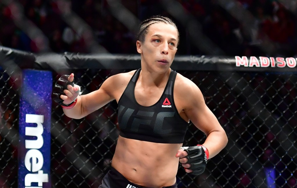 New York - NY - 12/11/2016 - UFC 205 -  Joanna Jedrzejczyk (detalhe vermelho nas luvas) vs. Karolina Kowalkiewicz (detalhe azul nas luvas) durate UFC 205 no Madison Square Garden. Foto: Jason Silva/AGIF