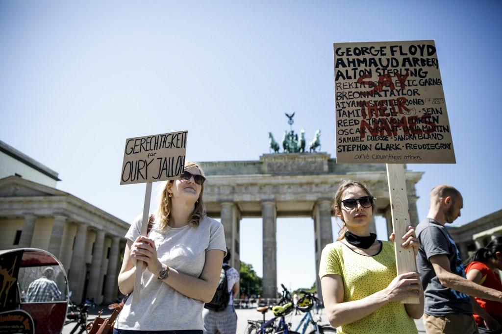 01 June 2020, Berlin: Participants of the vigil