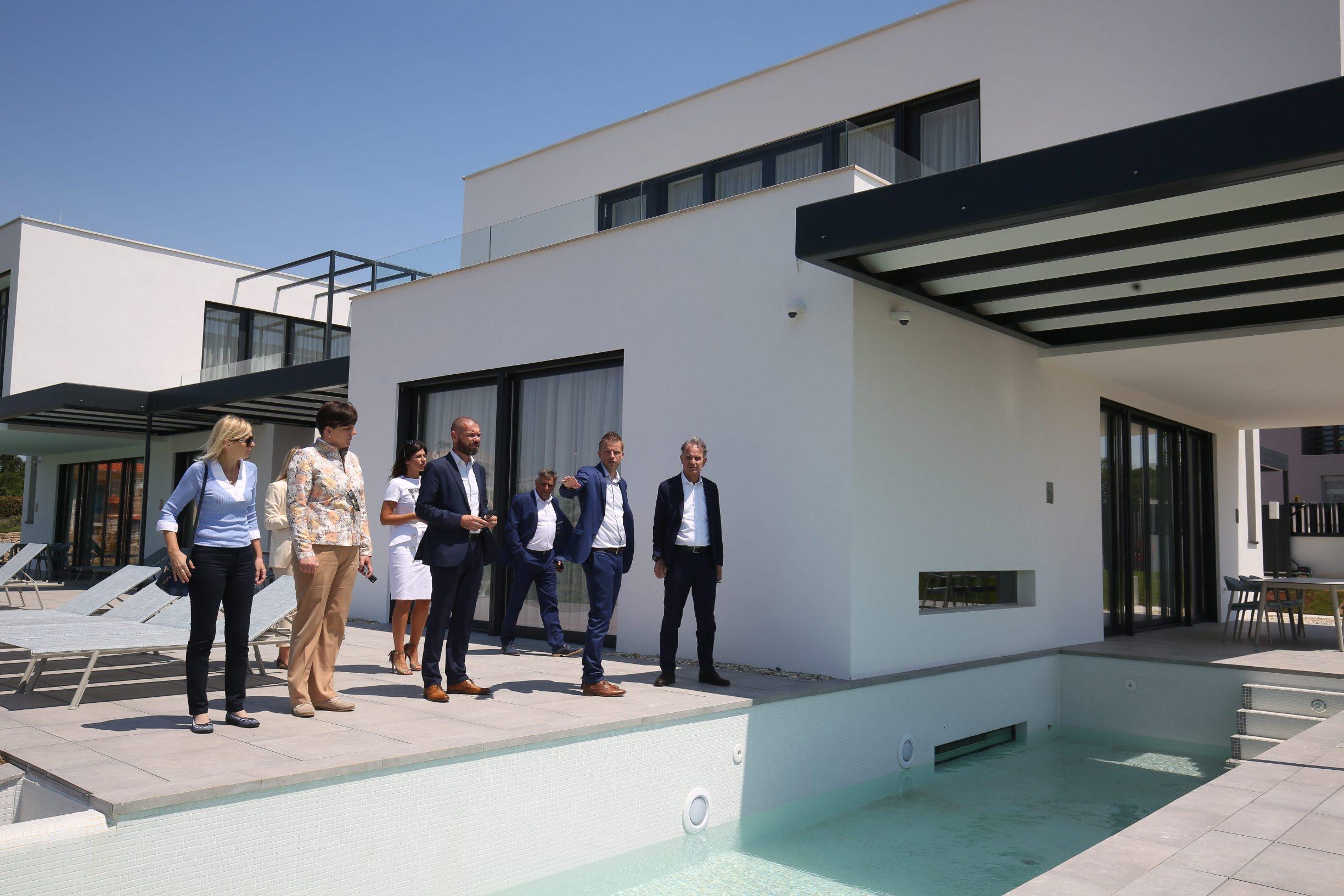 Bale, 020620. Ministar Cappelli je u sklopu danasnjeg obilaska Istre u opcini Bale razgledao Villu Noble, nedavno dovrsenu turisticku investiciju vrijednu 13,5 milijuna kuna u vlasnistvu drustva Mon Perin. Foto: Goran Sebelic / CROPIX