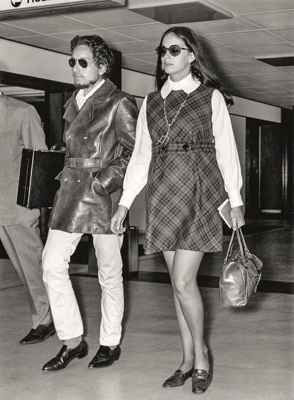 2nd September 1969:  American electric folk hero Bob Dylan (born Robert Zimmerman 1941 - ) arriving at an airport with his wife Sara.  (Photo by Evening Standard/Getty Images)