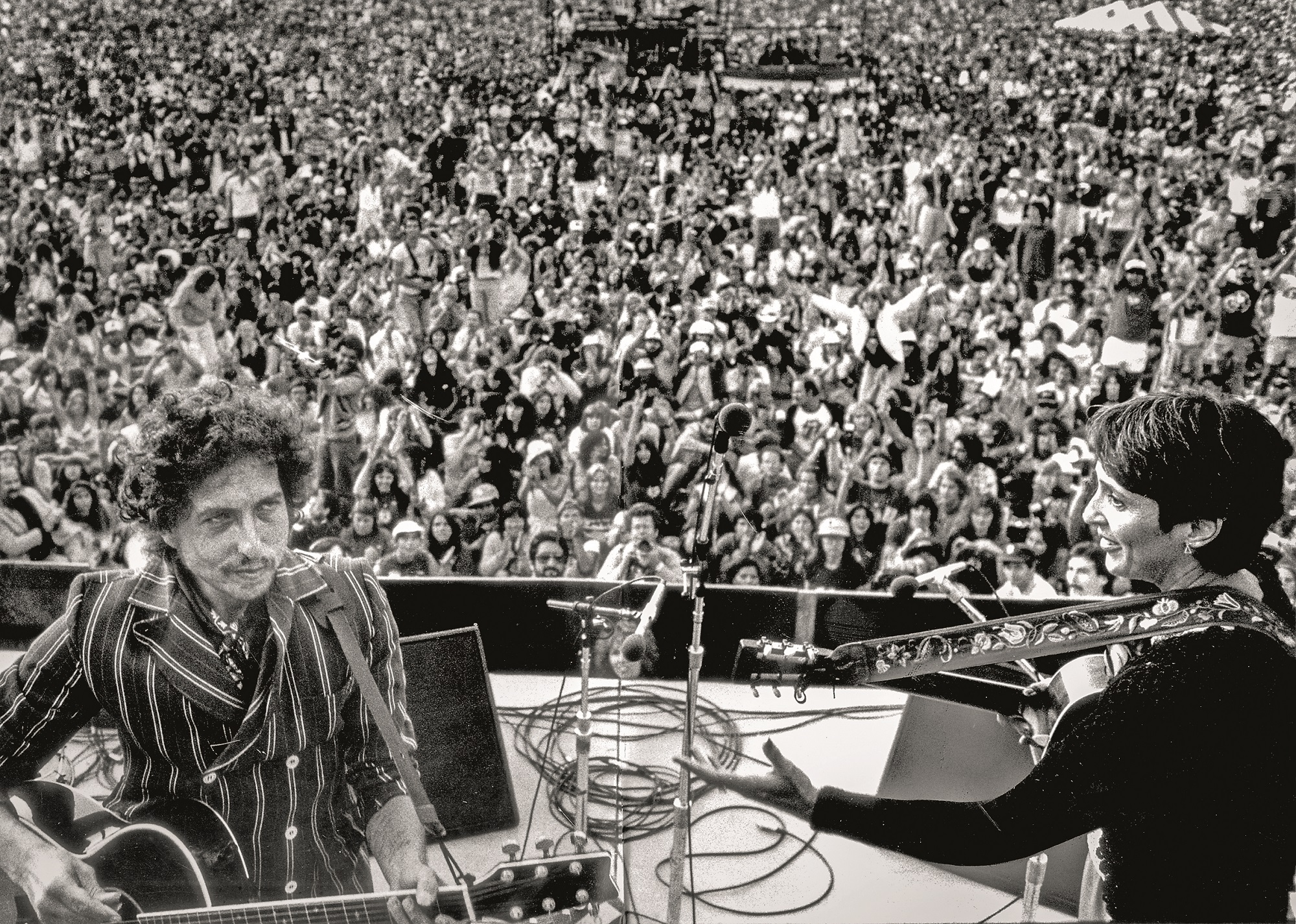 June 6, 1982 - Los Angeles, California, United States: Surprise guests Bob Dylan and Joan Baez tune up before singing Blowing In The Wind during a segment at the Peace Sunday benefit concert at the Rose Bowl., Image: 302761772, License: Rights-managed, Restrictions: No publication in Los Angeles Daily News, Orange County Register, LA Opinion, Model Release: no, Credit line: Gary Friedman / Polaris / Profimedia