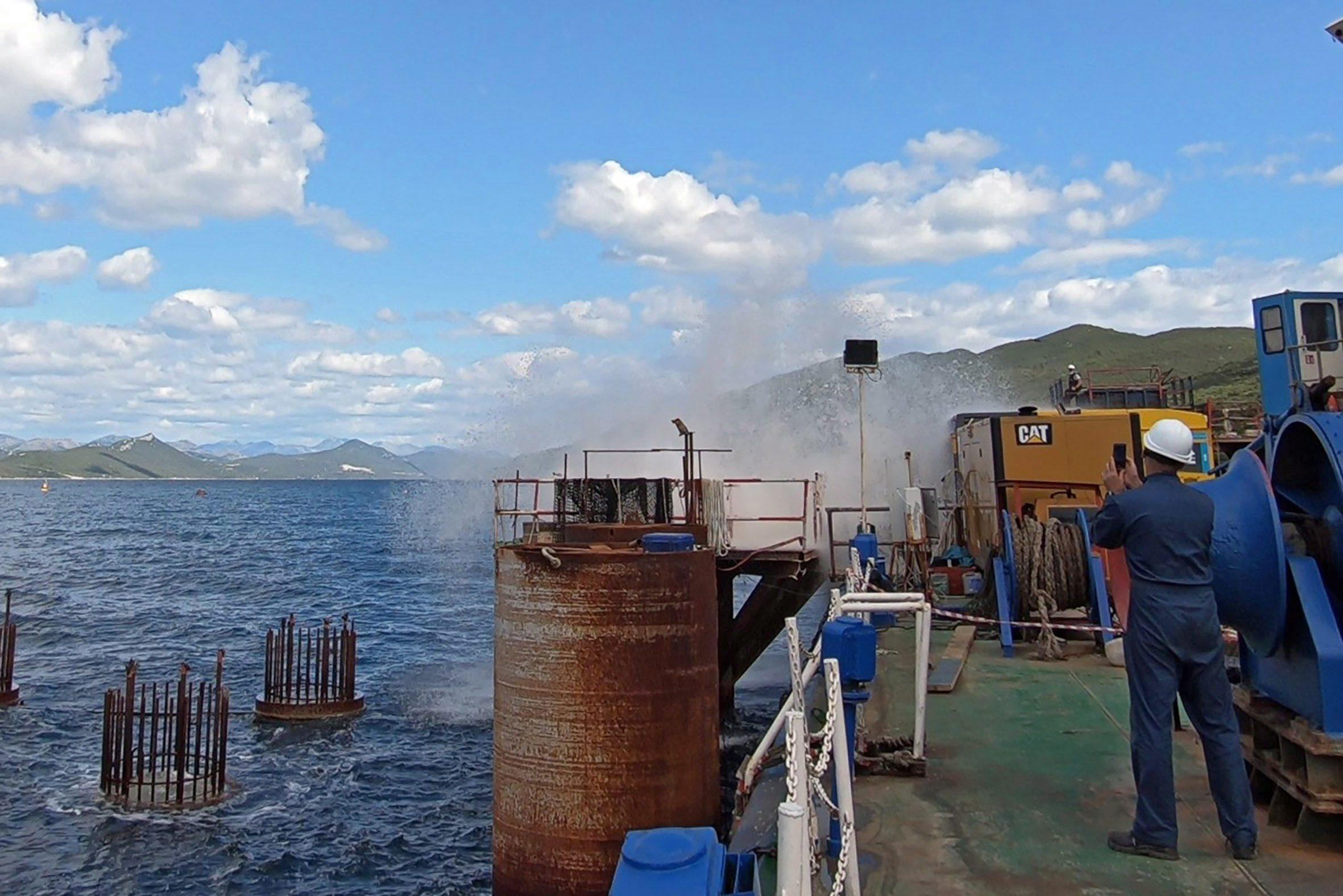 Brijesta, 020620. Ronioci za podvodne radove i strucnjaci za miniranje iz Rudarsko-geolosko-naftniog fakulteta te nekoliko tvrtki izvode miniranja u pilotima Peljeskog mosta.  Foto: Denis Jekovic / CROPIX