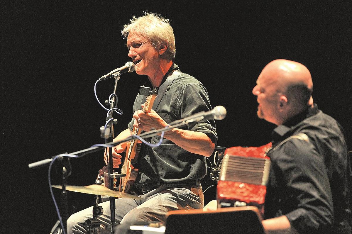 Zadar, 100513 Veceras je u Hrvatskom narodnom kazalistu nastupio Darko Rundek sa svojim bendom Cargo triom. Foto: Luka Gerlanc / CROPIX
