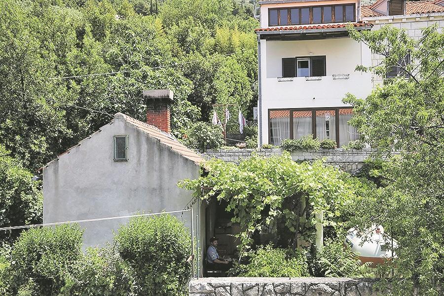 Dubrovnik, 040620 Sinoc, 3. lipnja, u 23:05 sati u obiteljskoj kuci u Postarnjskoj ulici u Dubrovniku 37-godisnjak je iz vatrenog oruzja pucao u 68-godisnjaka i 67-godisnjakinju koji su zadobili teske tjelesne ozljede. Na fotografiji: policija cuva objekt u kojem se, nakon pucnjave, skrivao napadac. Foto: Bozo Radic / CROPIX