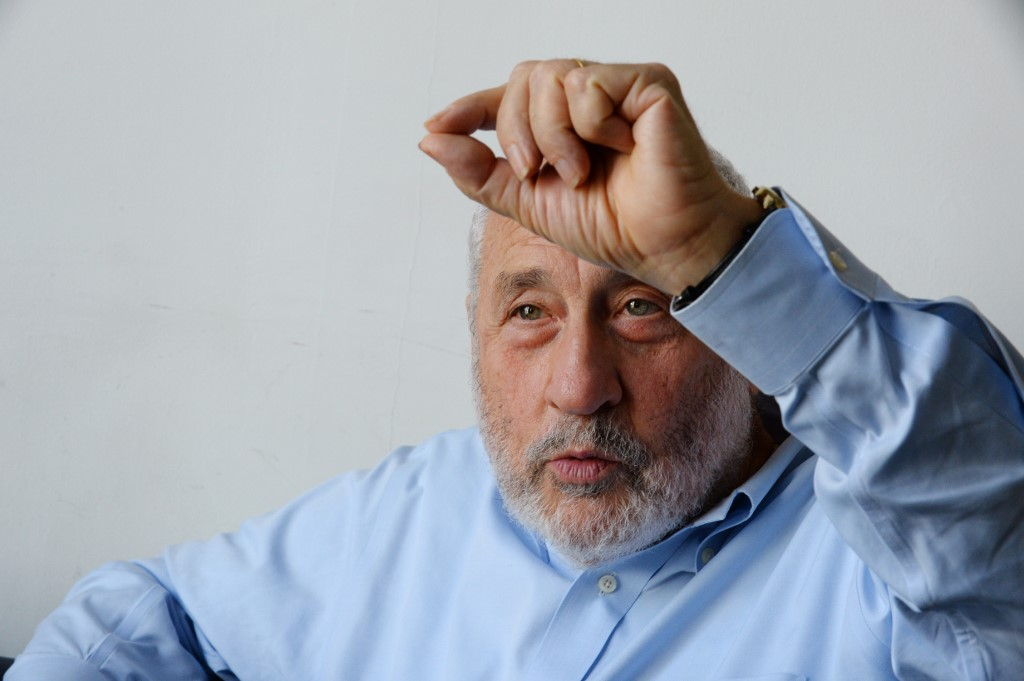 Nobel prize-winning US economist Joseph Stiglitz poses during an interview in Paris on September 13, 2016. (Photo by ERIC PIERMONT / AFP)