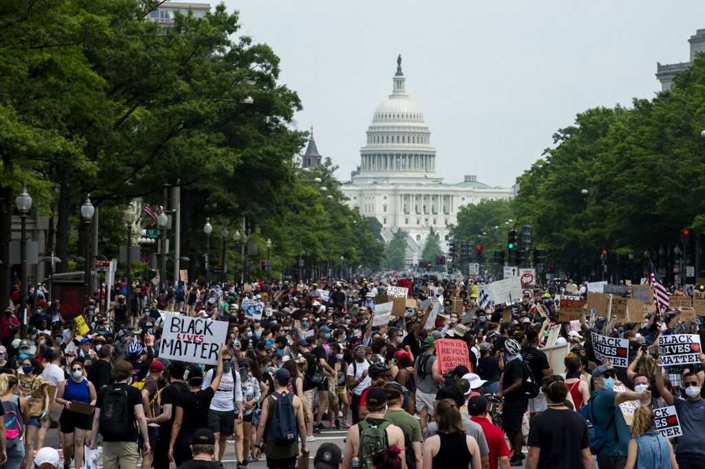 A crowd of protesters walk from the Capitol building to the White House during a peaceful protest against police brutality and racism, on June 6, 2020 in Washington, DC. - Demonstrations are being held across the US following the death of George Floyd on May 25, 2020, while being arrested in Minneapolis, Minnesota. (Photo by ROBERTO SCHMIDT / AFP)