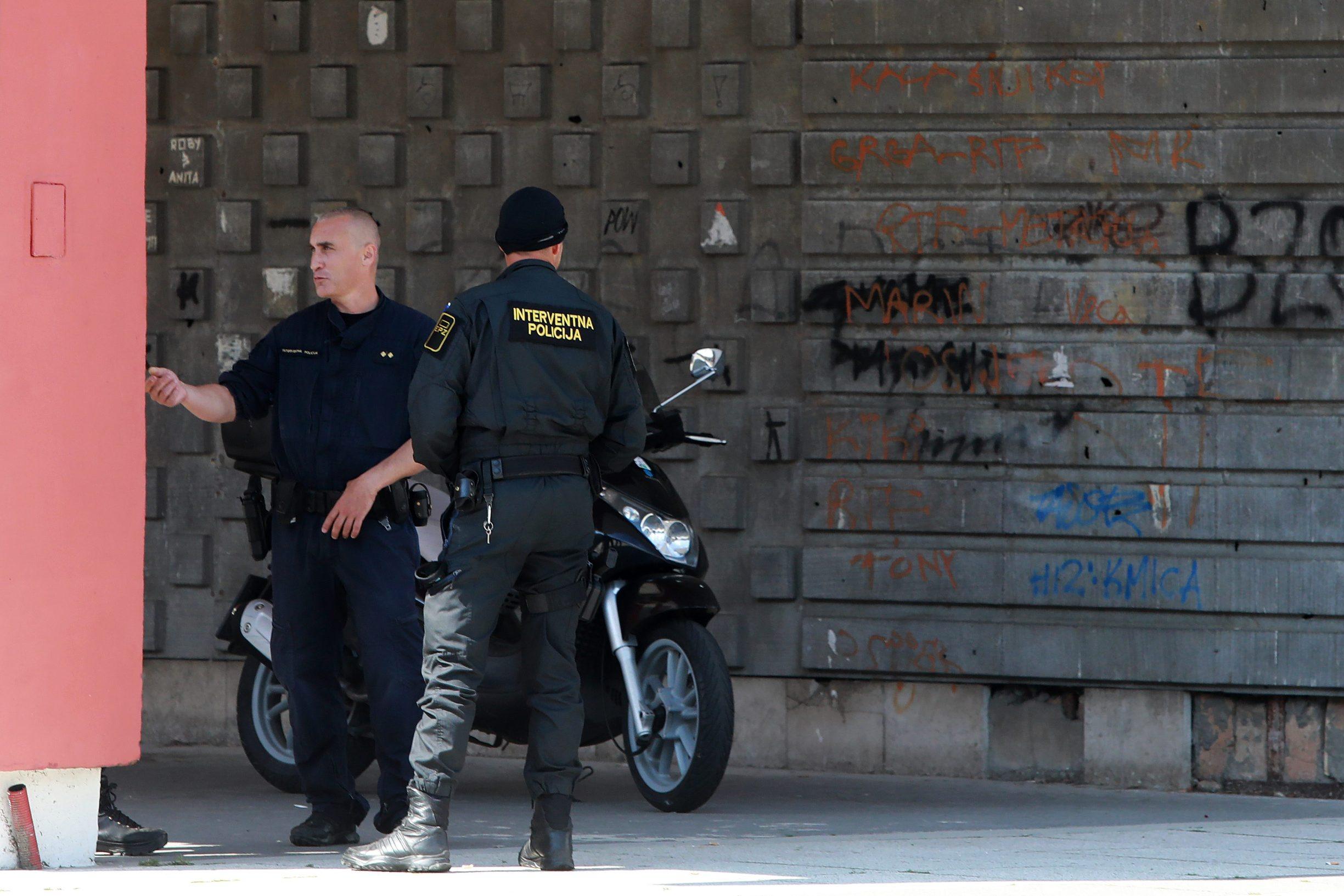 Osijek, 090620.  Velika Akcija osjeckog MUP-a u kojoj je privedeno 9 osoba za preprodaju droge na podruciju grada. Na fotografiji: Policija u stambenoj zgradi jednog od osumnjicenih Foto: Ivan Peric / CROPIX