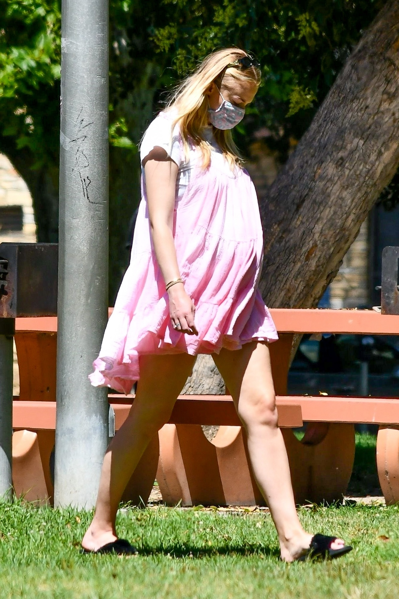 Los Angeles, CA  - Parents-to-be Sophie Turner and Joe Jonas go on a picnic with friends and family in Studio City. Sophie covered her bump in a pink babydoll dress while Joe sports blue as the expecting couple enjoy a day out.  *UK Clients - Pictures Containing Children Please Pixelate Face Prior To Publication*,Image: 540730873, License: Rights-managed, Restrictions: , Model Release: no, Credit line: LRR / BACKGRID / Backgrid USA / Profimedia