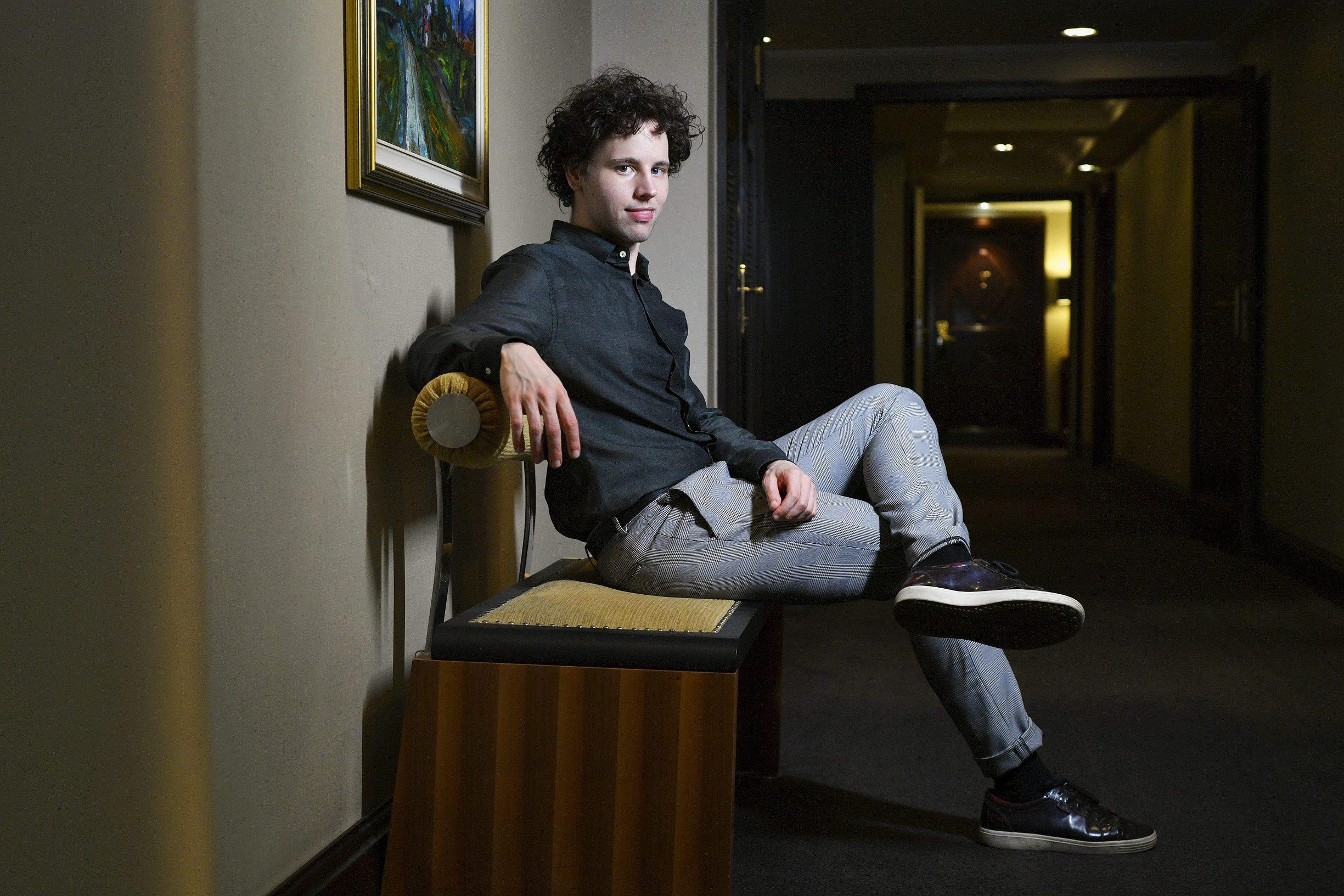 Zagreb, 100619. Pijanist Aljosa Jurinic, fotografiran u hotelu Esplanade. Foto: Boris Kovacev / CROPIX