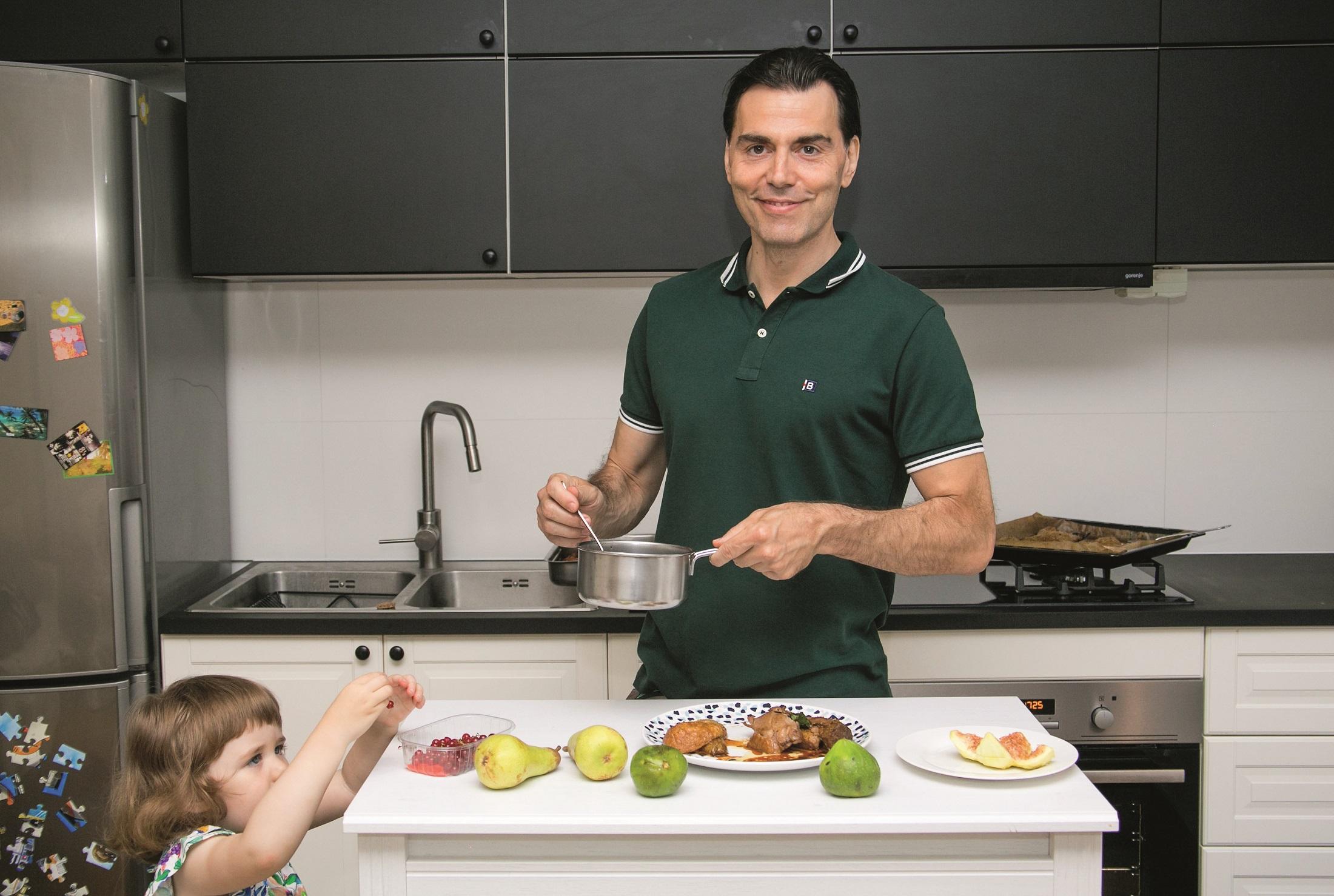 kuhinja glumac Niksa Kuselj, kcerkica pavla, zagreb, 240620 foto ines stipetic recept hladna puretina s pecenim kruskama