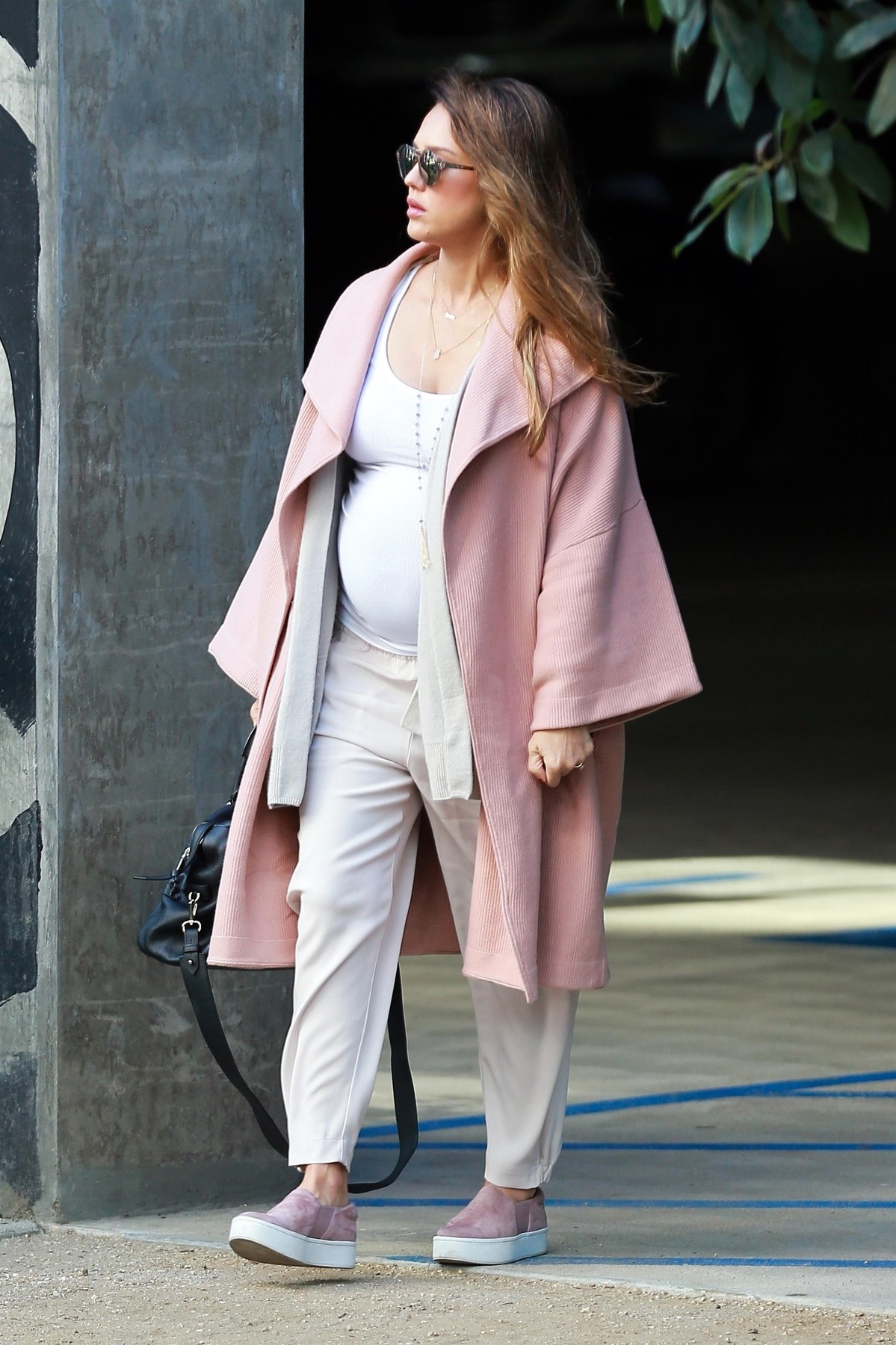 Los Angeles, CA  - *EXCLUSIVE*  - A very pregnant Jessica Alba shows off her gigantic baby bump while heading to a business meeting in Los Angeles. Jessica is currently expecting her third child with husband Cash Warren.  Pictured: Jessica Alba  BACKGRID USA 7 NOVEMBER 2017,Image: 354843538, License: Rights-managed, Restrictions: , Model Release: no, Credit line: Stoianov / BACKGRID / Backgrid USA / Profimedia