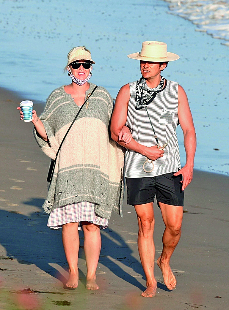 Santa Barbara, CA  - *PREMIUM-EXCLUSIVE*  -  Katy Perry and Orlando Bloom soak up the sun on a rare appearance in Santa Barbara. The heavily pregnant songstress and her leading man took a late-afternoon beach stroll in matching straw hats. Katy covered her bump in a poncho as the two walked their dog along the golden sand without a care in the world. *Shot on July 5, 2020*  *UK Clients - Pictures Containing Children Please Pixelate Face Prior To Publication*,Image: 540630477, License: Rights-managed, Restrictions: RIGHTS: WORLDWIDE EXCEPT IN UNITED KINGDOM, Model Release: no, Credit line: Clint Brewer Photography / BACKGRID / Backgrid USA / Profimedia