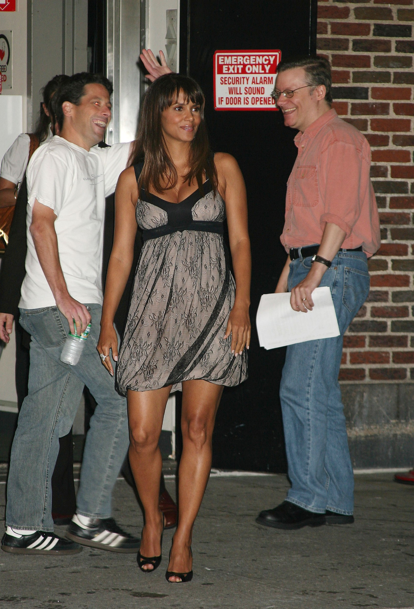18018, NEW YORK, NEW YORK - Monday October 8 2007. A blossoming Halle Berry outside the Ed Sullivan Theater in New York City where she recorded an episode of