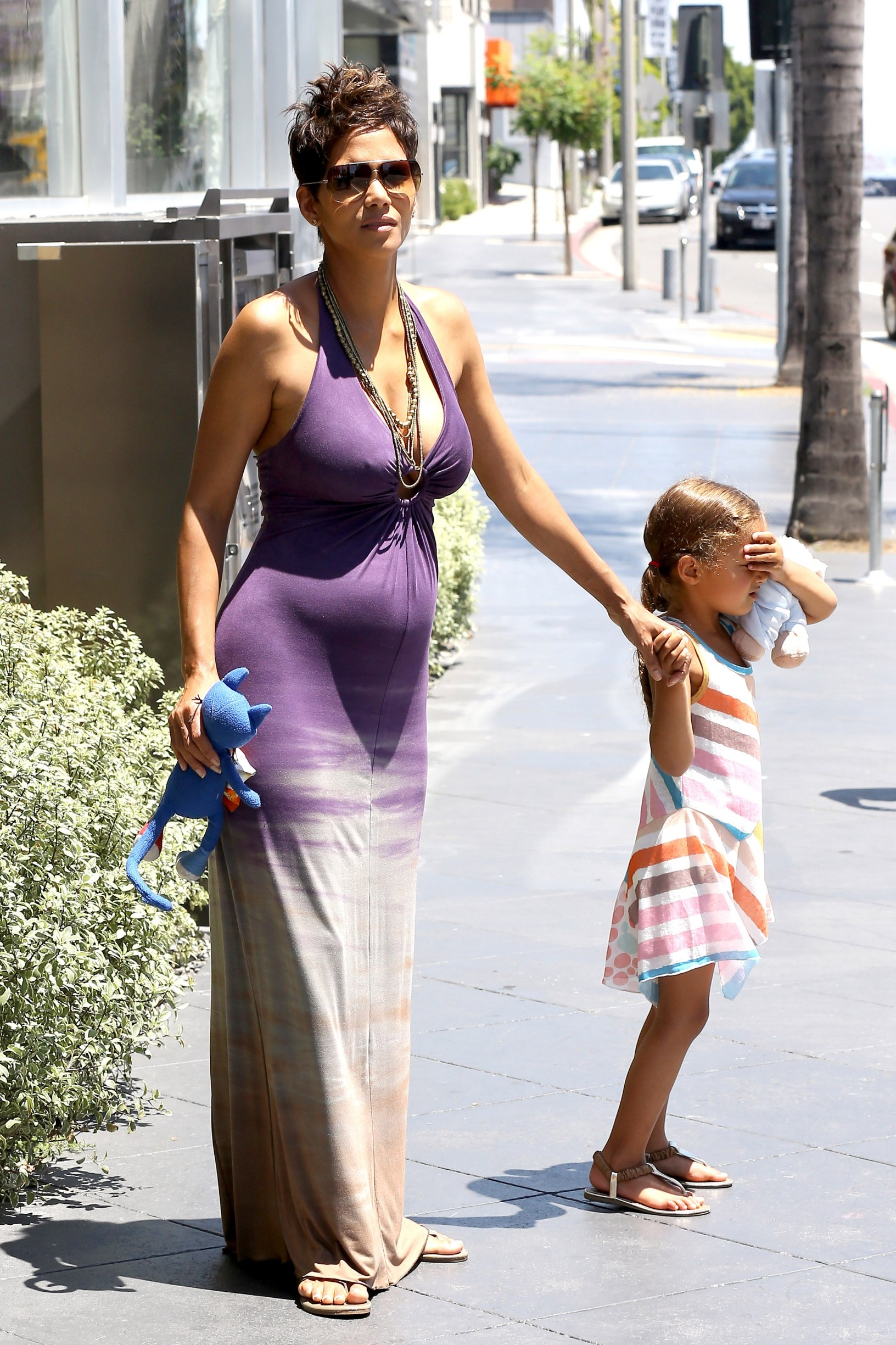West Hollywood, CA - Olivier Martinez takes his pregnant fiancé Halle Berry and her daughter out to a nice Mother's Day lunch at Riva Bella in West Hollywood. Halle, expecting her second child and first with Olivier, showed her growing baby bump in a purple tie dye halter maxi dress.           May 12, 2013,Image: 161202718, License: Rights-managed, Restrictions: World Rights,World Rights, Model Release: no, Credit line: AKM Images / Backgrid USA / Profimedia
