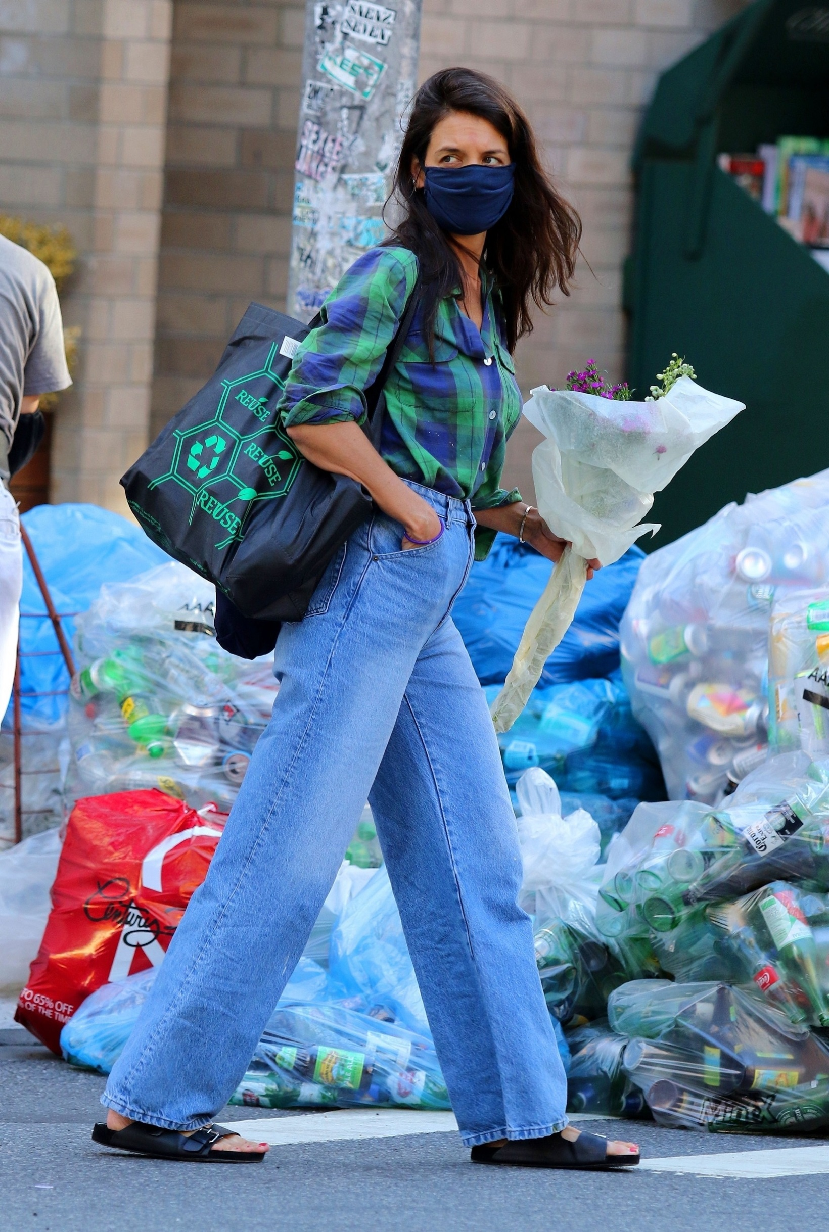 New York City, NY  - Katie Holmes is seen carrying a bouquet of flowers and later shops at a Downtown Manhattan supermarket.  BACKGRID USA 18 AUGUST 2020,Image: 553578087, License: Rights-managed, Restrictions: , Model Release: no, Credit line: BrosNYC / BACKGRID / Backgrid USA / Profimedia