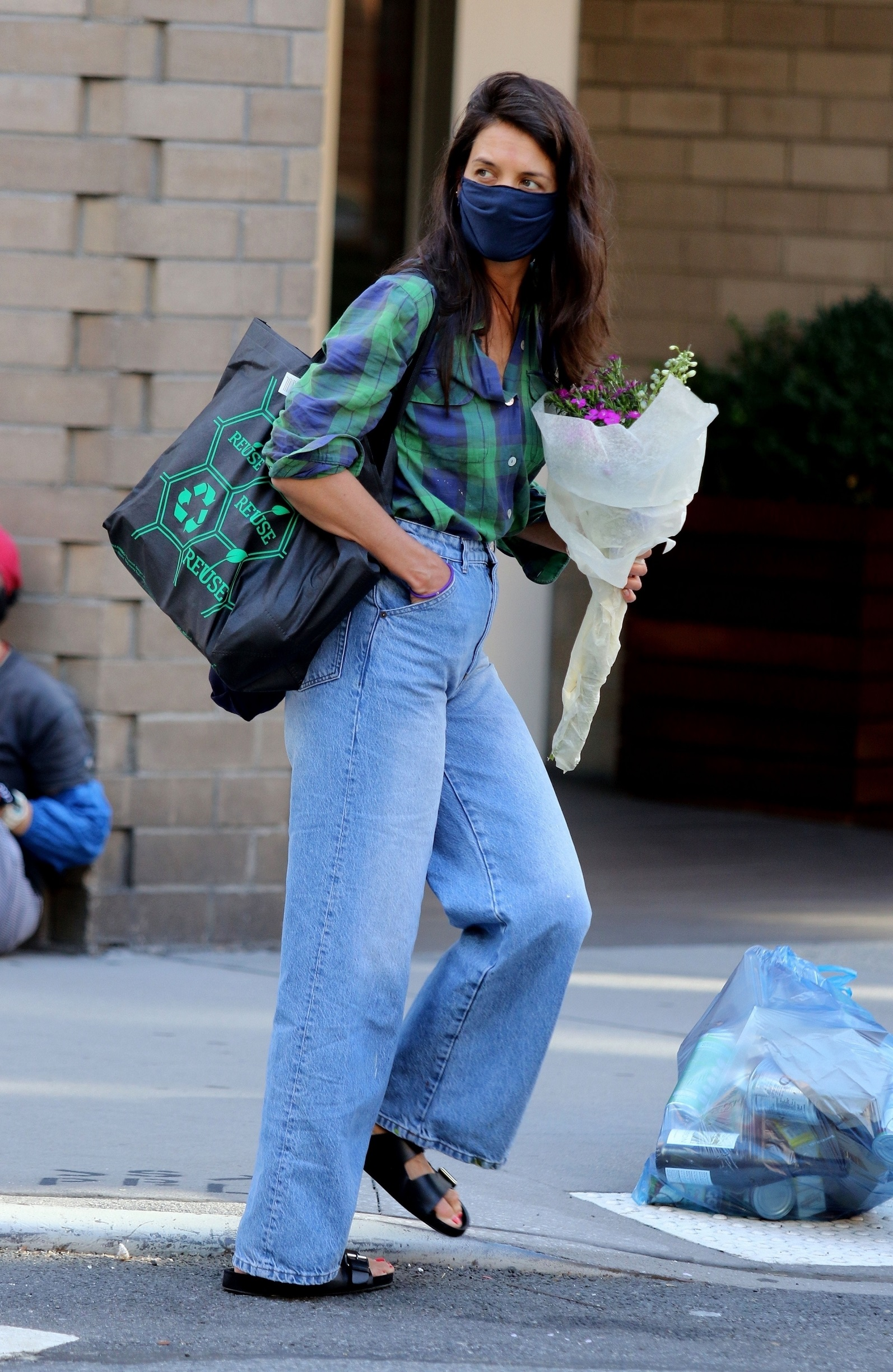 New York City, NY  - Katie Holmes is seen carrying a bouquet of flowers and later shops at a Downtown Manhattan supermarket.  BACKGRID USA 18 AUGUST 2020,Image: 553578179, License: Rights-managed, Restrictions: , Model Release: no, Credit line: BrosNYC / BACKGRID / Backgrid USA / Profimedia