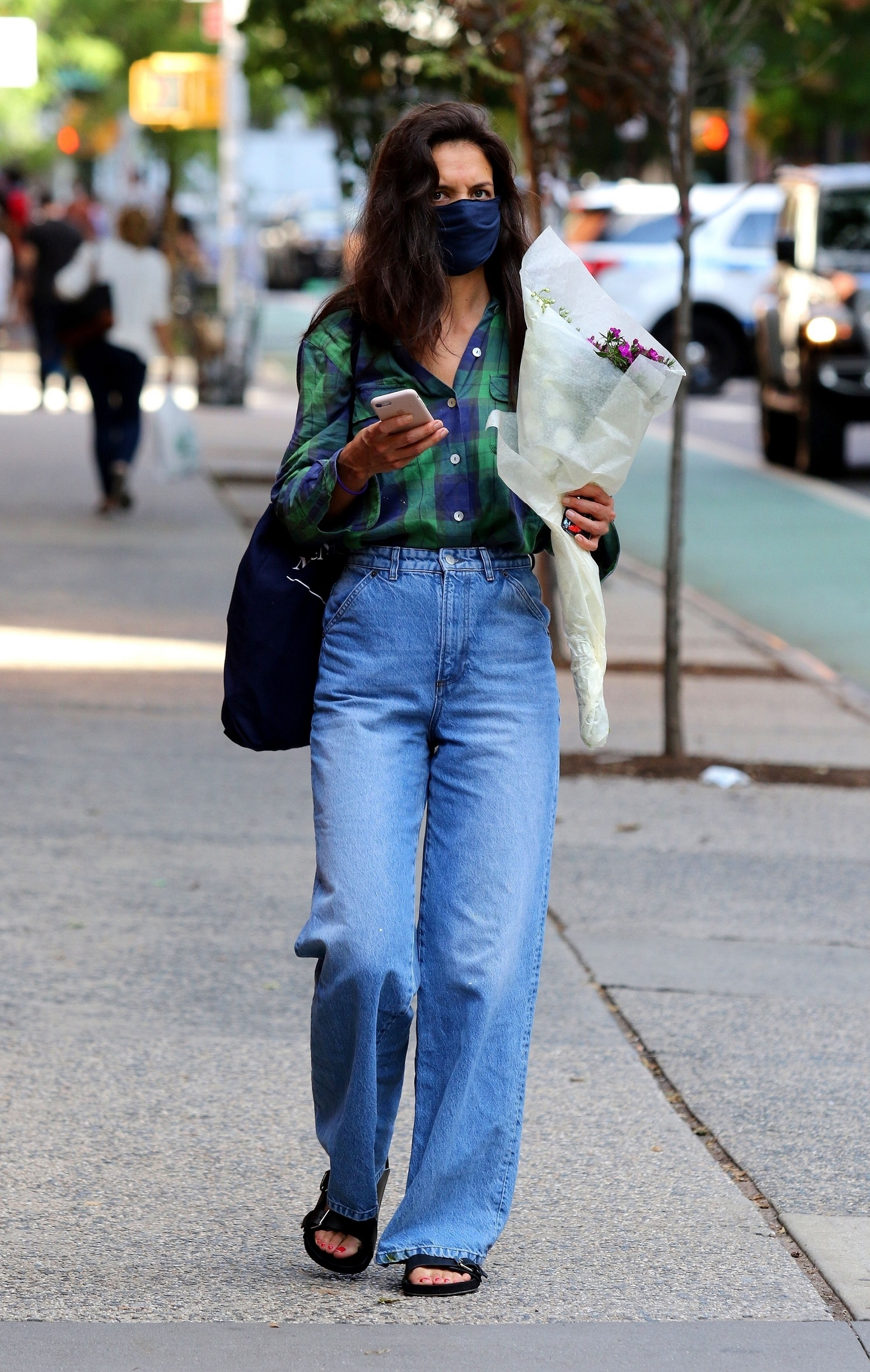 New York City, NY  - Katie Holmes is seen carrying a bouquet of flowers and later shops at a Downtown Manhattan supermarket.  BACKGRID USA 18 AUGUST 2020,Image: 553578163, License: Rights-managed, Restrictions: , Model Release: no, Credit line: BrosNYC / BACKGRID / Backgrid USA / Profimedia