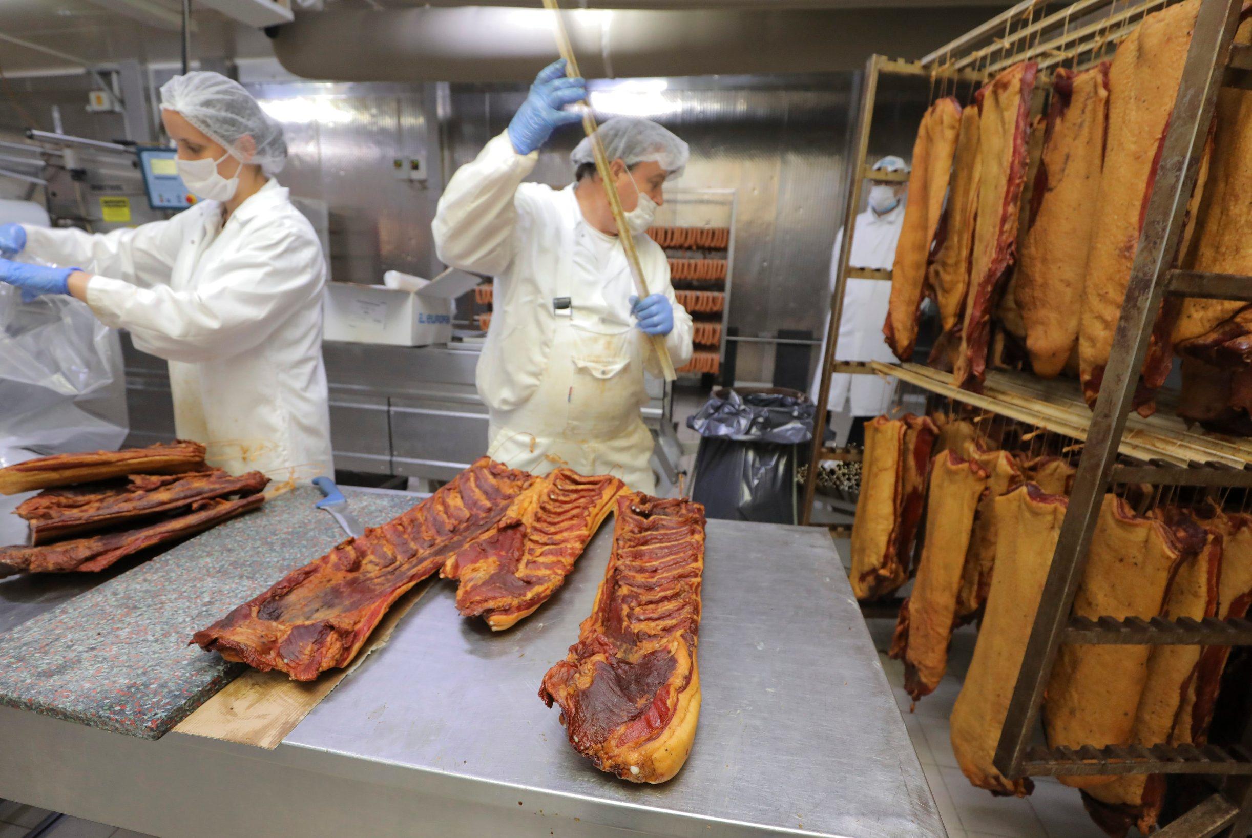 Krasic, 210820. Gornje Prekrizje 4. Velika reportaza s imanja mesnice Medven, prica s Milivojem Medvenom oko krize u mesnoj industriji. Na fotografiji: prerada mesa. Foto: Zeljko Puhovski / CROPIX