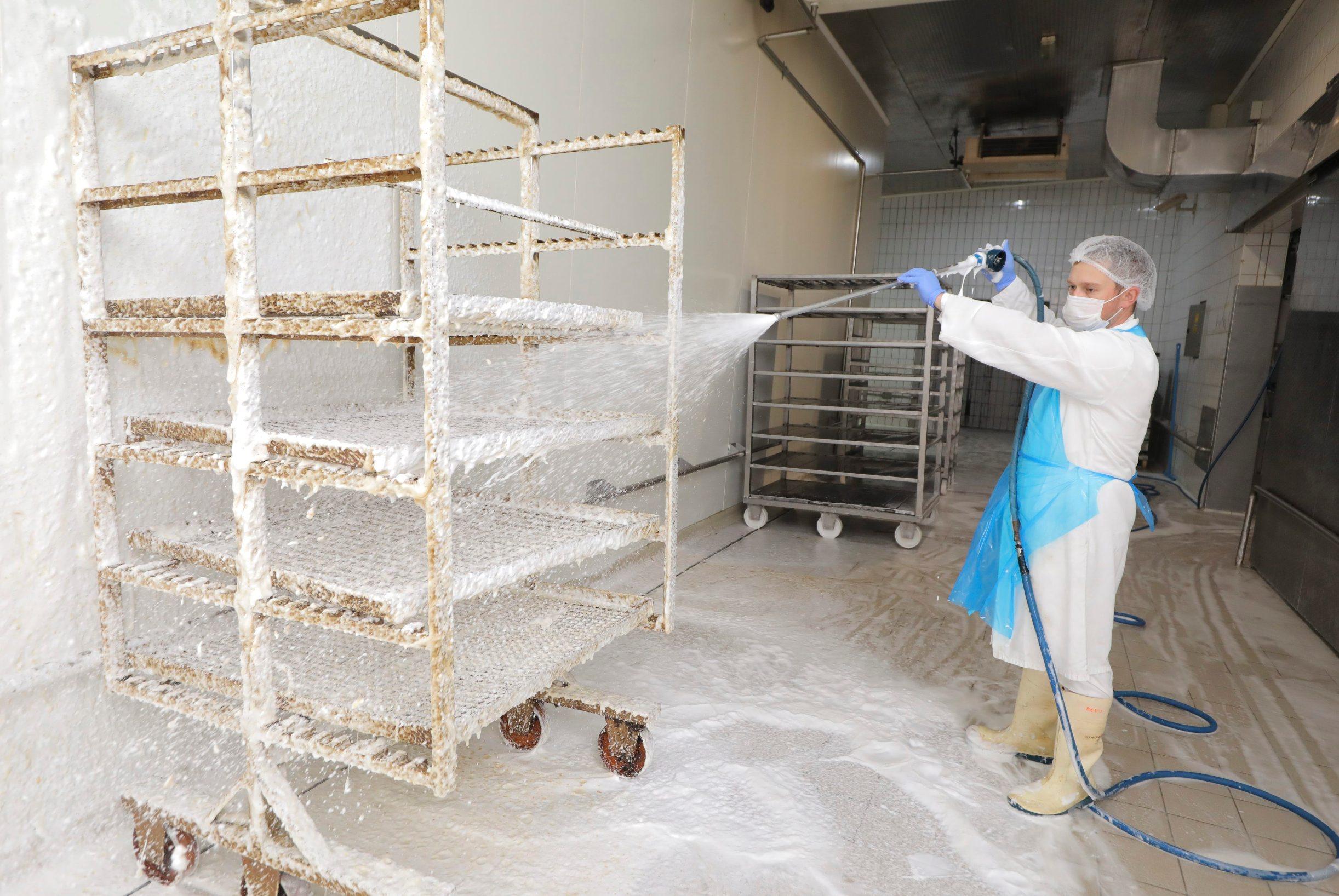 Krasic, 210820. Gornje Prekrizje 4. Velika reportaza s imanja mesnice Medven, prica s Milivojem Medvenom oko krize u mesnoj industriji. Na fotografiji: dezinfekcija. Foto: Zeljko Puhovski / CROPIX