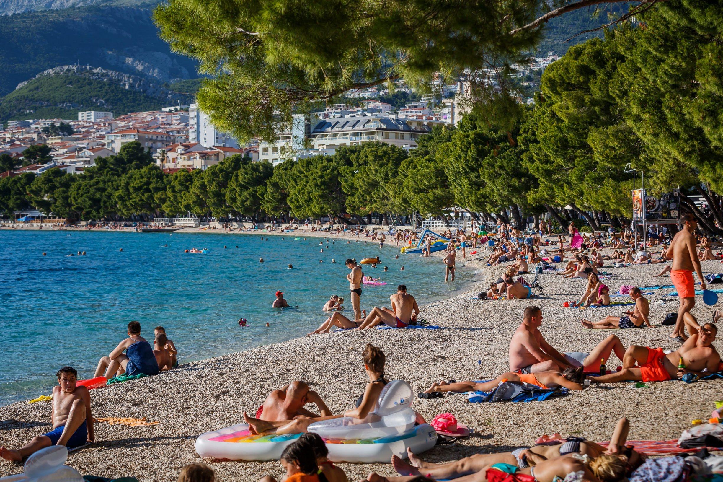 Makarska, 260620.  Koronavirus smanjio je broj stranih turista ali ne i domacih. Makarske plaze u popodnevnim satima bile su popunjene kupacima kojih je sve vise s dolaskom toplijeg vremena. Foto: Zvonimir Barisin / CROPIX