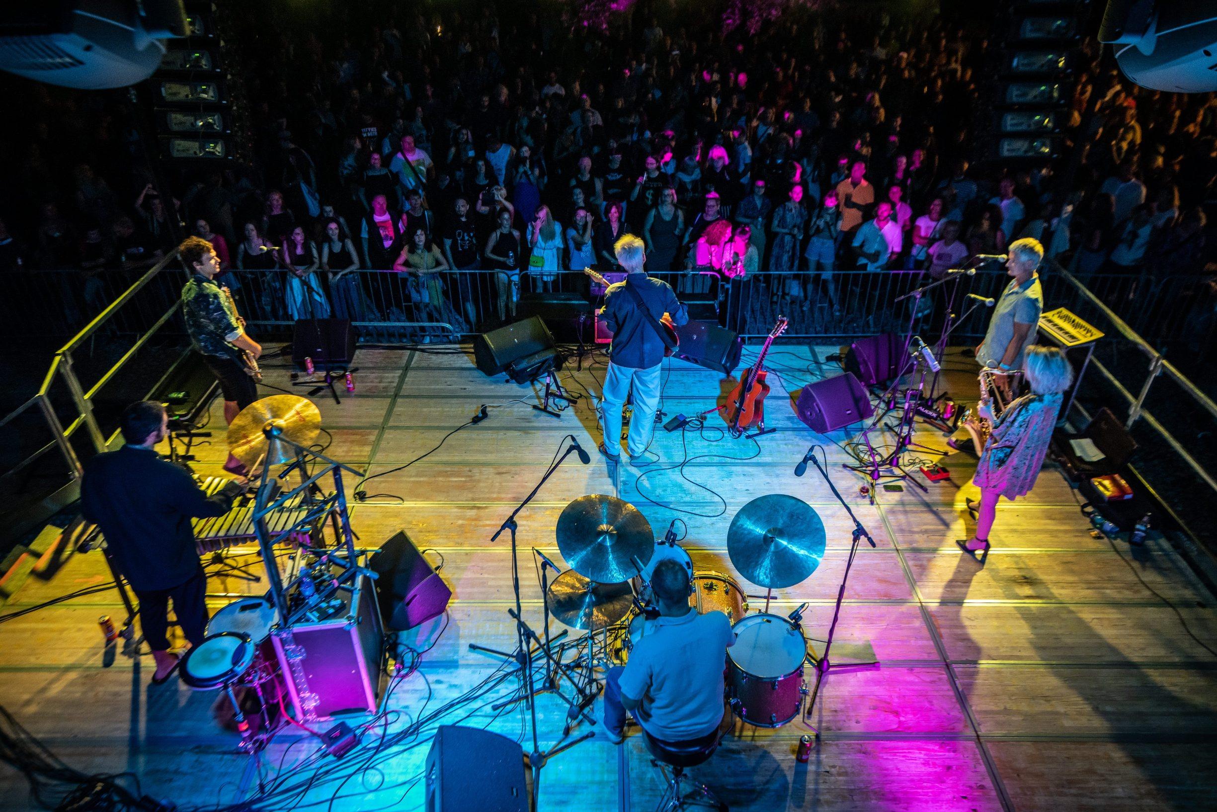 Pula, 070820.  Prvi koncert nakon visemjesecne pauze, odrzali su Darko  Rundek i Ekipa na pulskom Kastelu u organizaciji Incognito Agencya. Foto: Danijel Bartolic / CROPIX